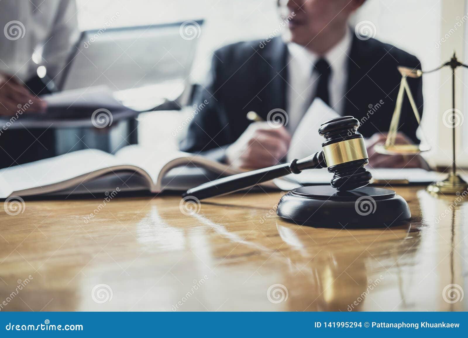 工作在法庭的男性律师或顾问开与客户的会谈是与不动产,法律合同纸的咨询