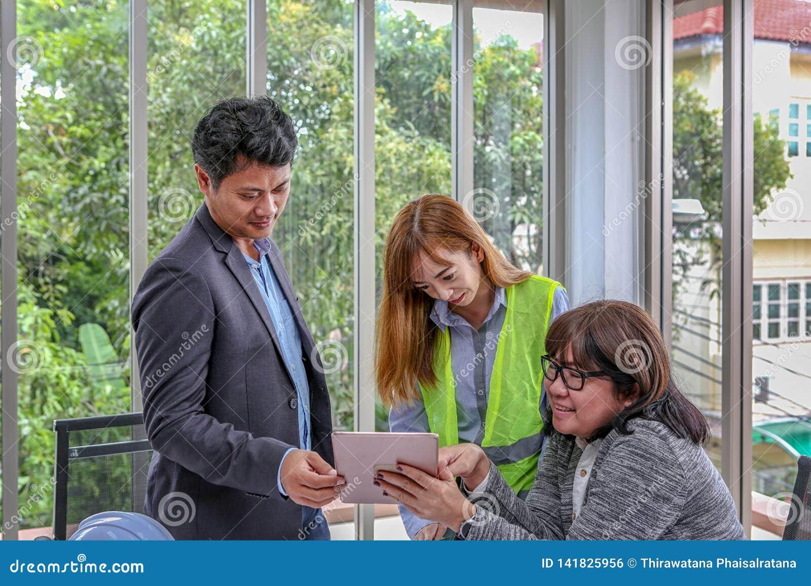 工程的队计划充满喜悦的一个事件 小组工程师谈论工作在候选会议地点在办公室 亚裔人员