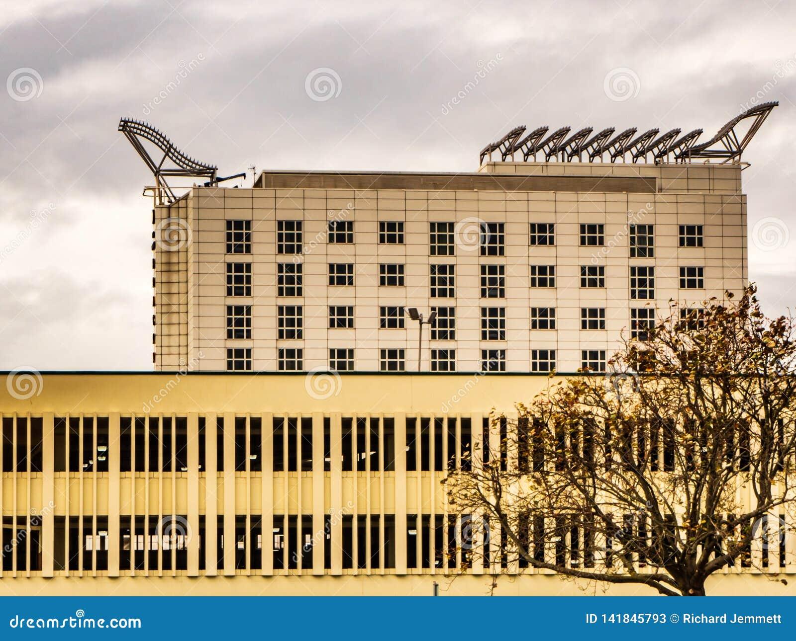 布拉克内尔,柏克夏英国2018年10月12日:现代办公楼和停车场有窗口的