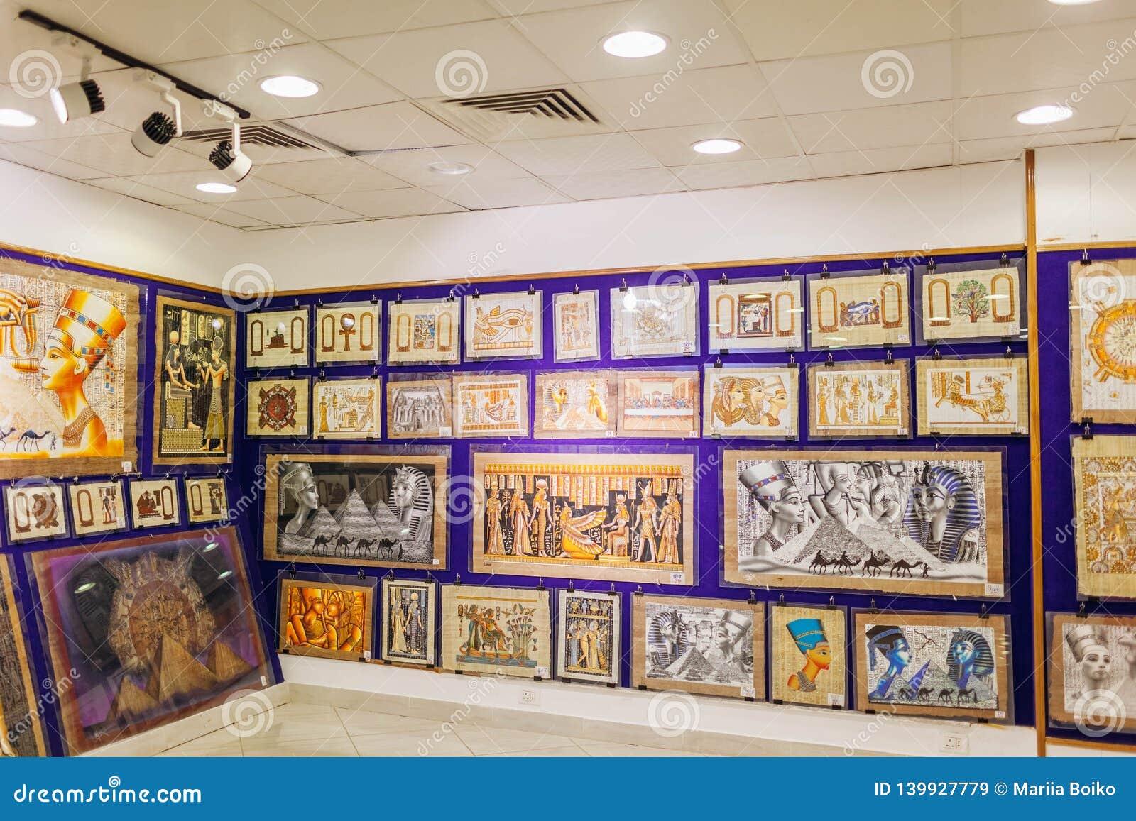 2019年1月27日-埃及,沙姆・谢赫 在商店显示的纸莎草绘画