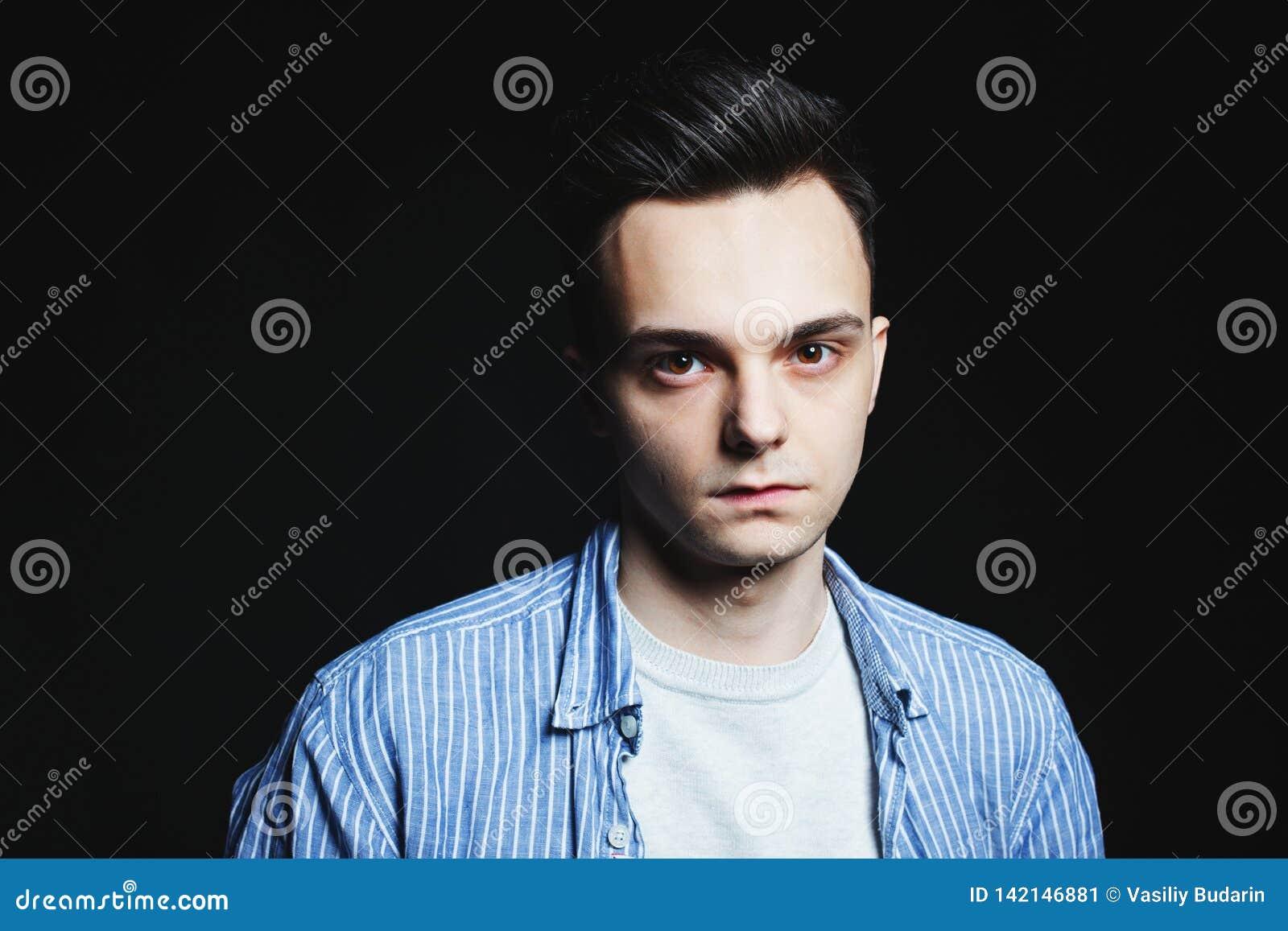 年轻人在低调的面孔画象