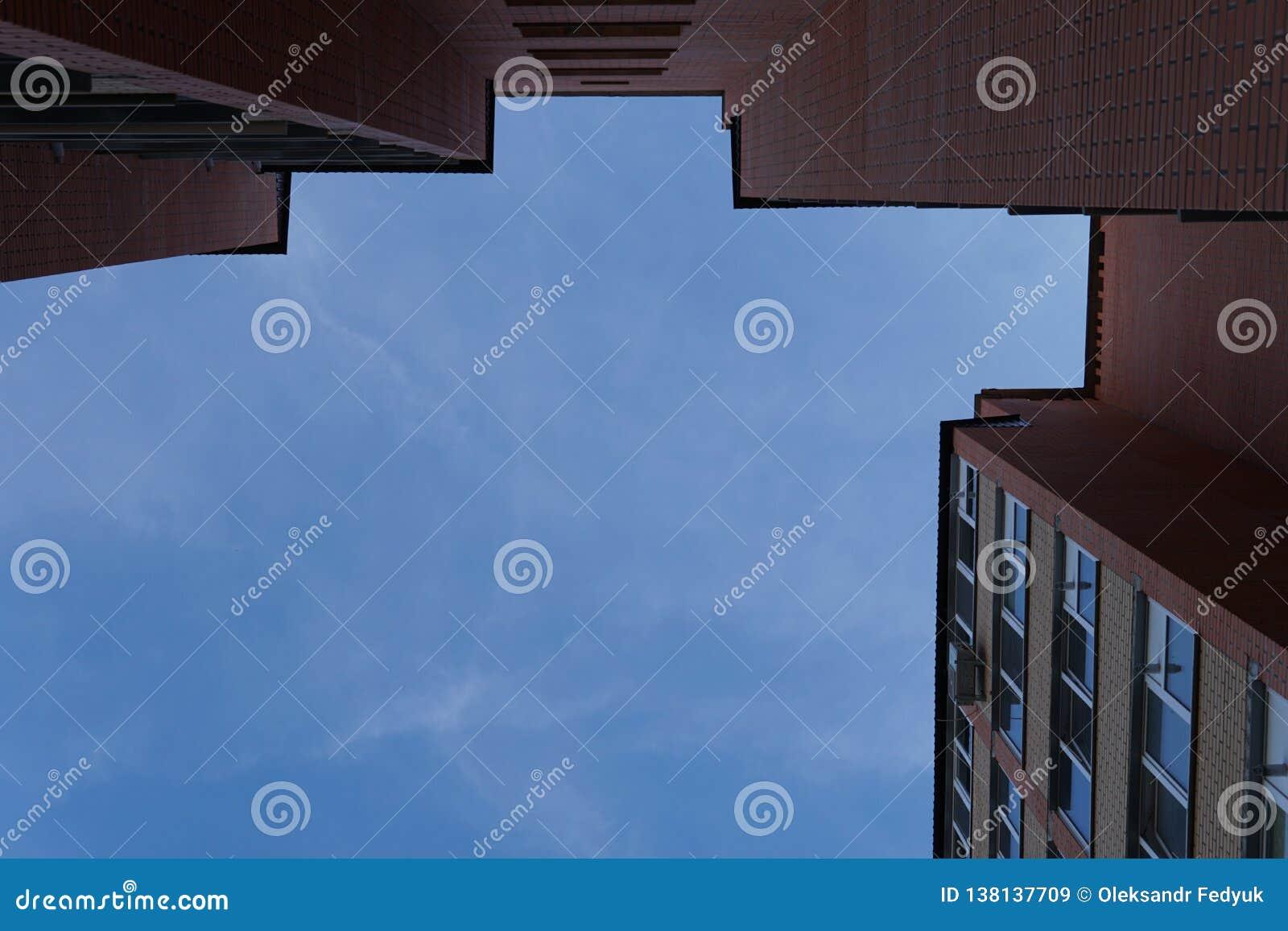 建立真正的etate的现代公寓在有天空蔚蓝的城市