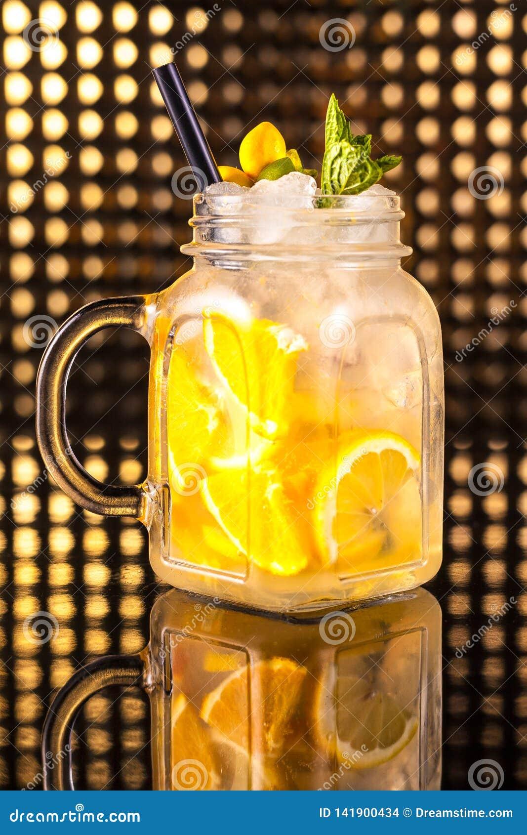 Żółta owocowego koktajlu lemoniada z świeżą cytryną w rocznika słoju