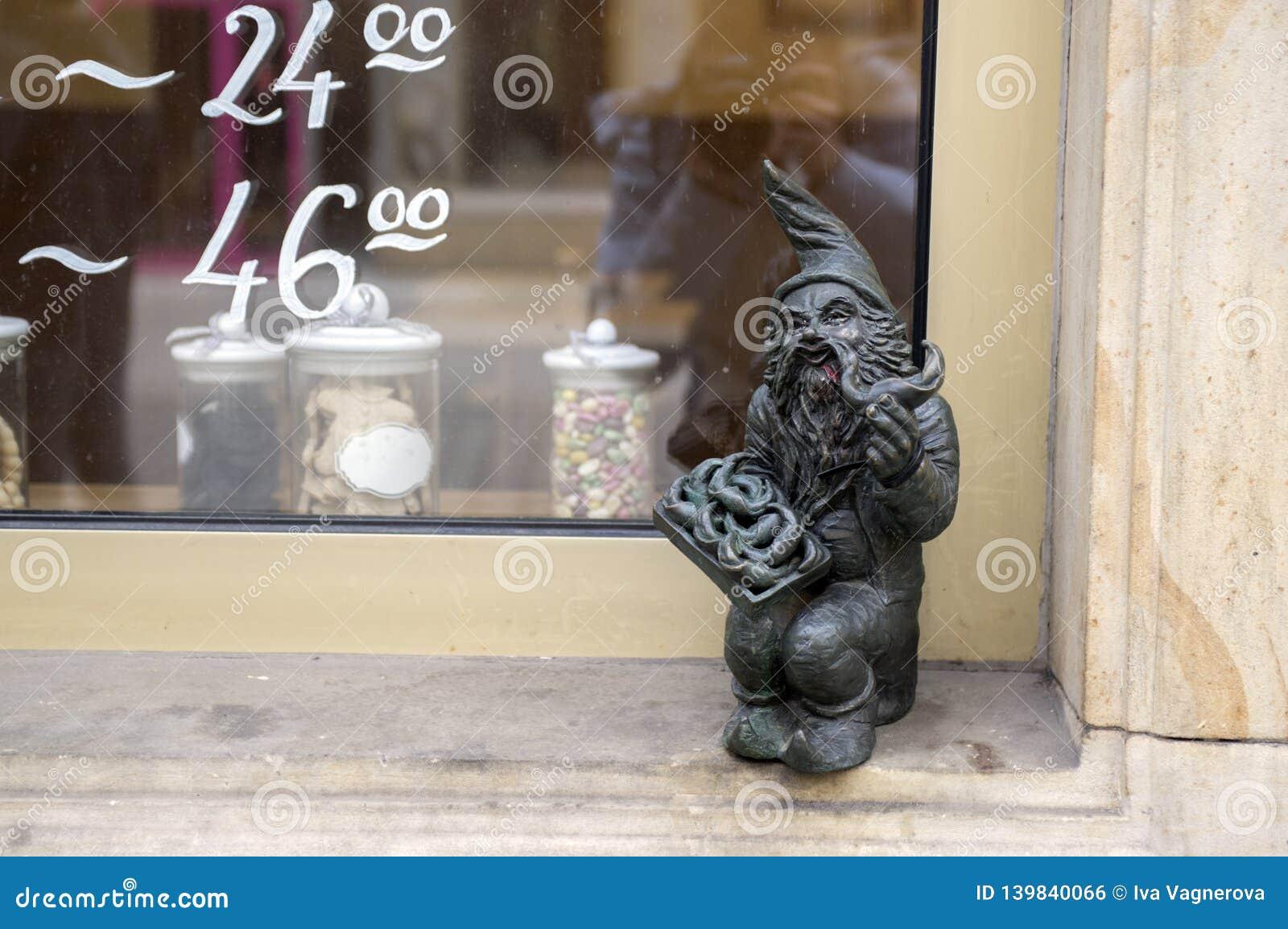 弗罗茨瓦夫/波兰- 2018年3月30日:在弗罗茨瓦夫街道街道的弗罗茨瓦夫krasnale现代美术小小雕象