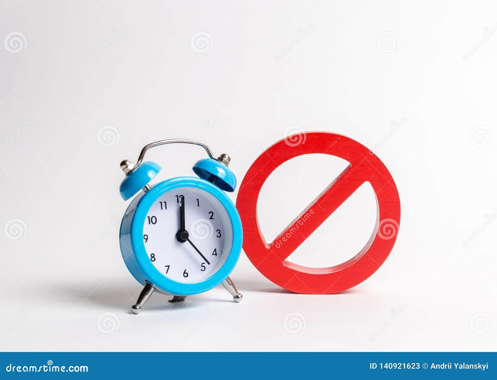 Żadny błękit i znak osiągamy na białym tle Niepłynność przy pewnymi godzinami Chwilowi ograniczenia i prohibicje
