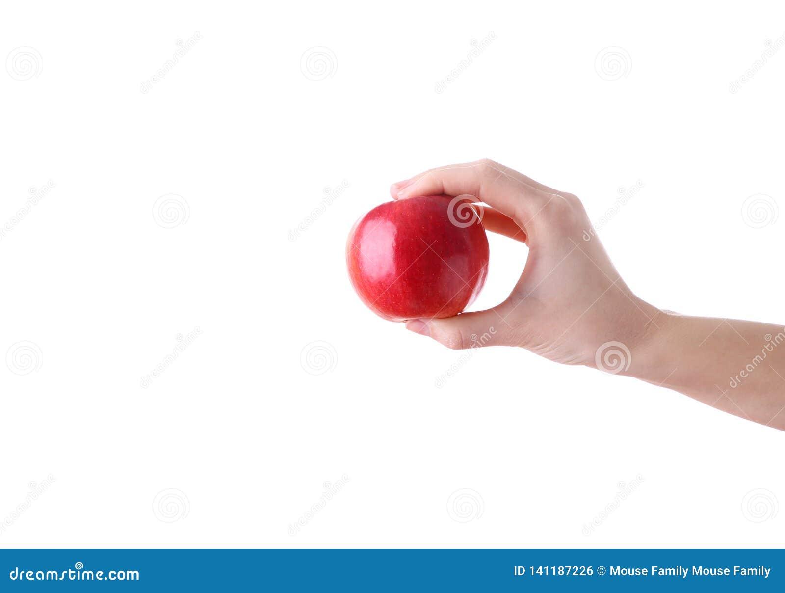 Żeńskiego ręki mienia czerwony jabłko odizolowywający na białym tle