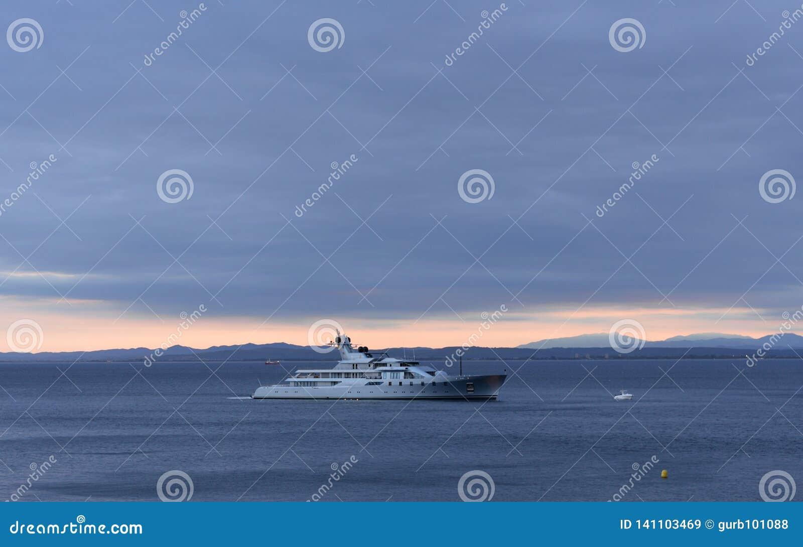 Żeglowanie jacht na morzu śródziemnomorskim