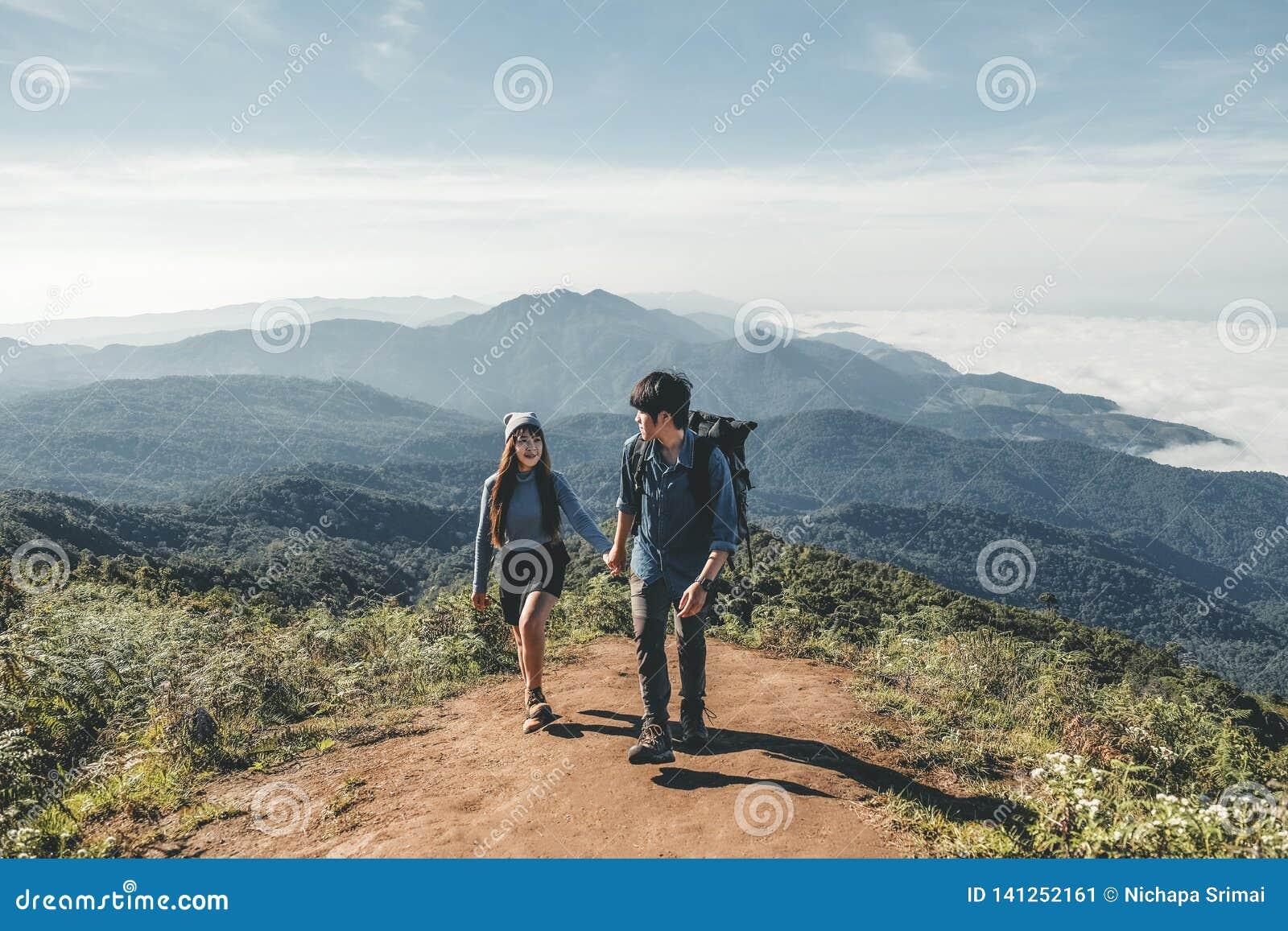 徒步旅行者在山冒险时间结合
