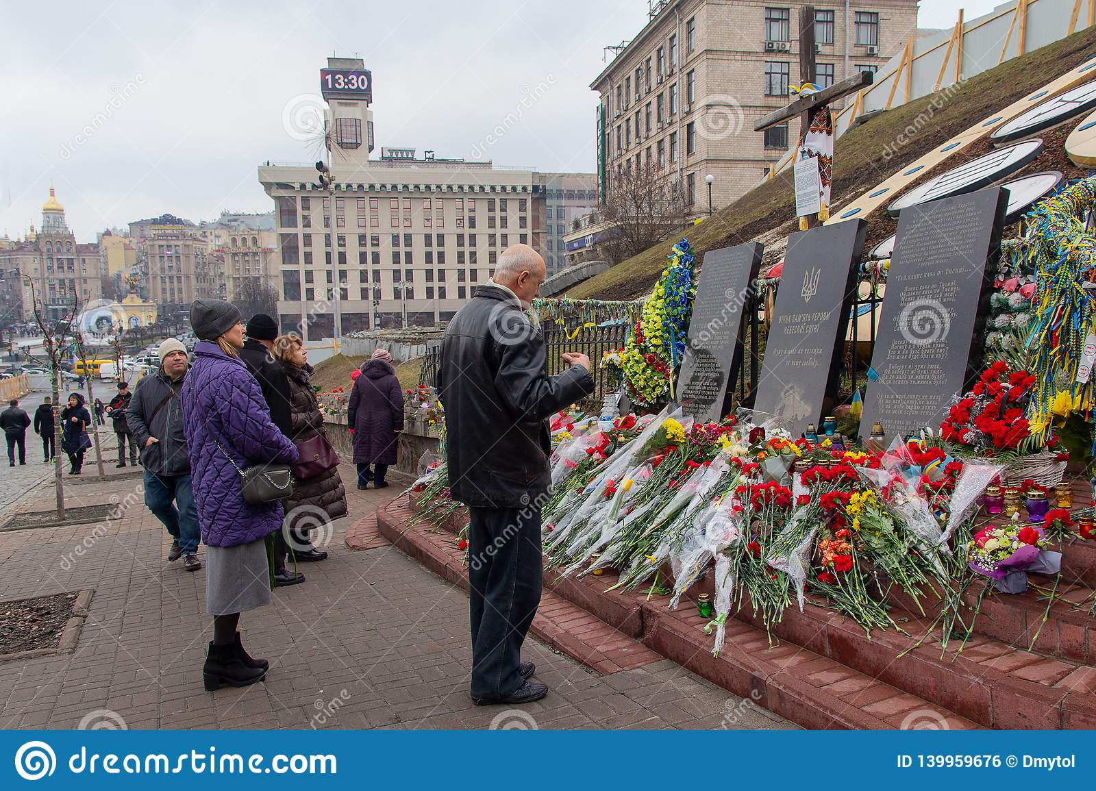 基辅,乌克兰- 2019年2月20日:人们纪念在革命和尊严期间被杀害的那些在纪念品