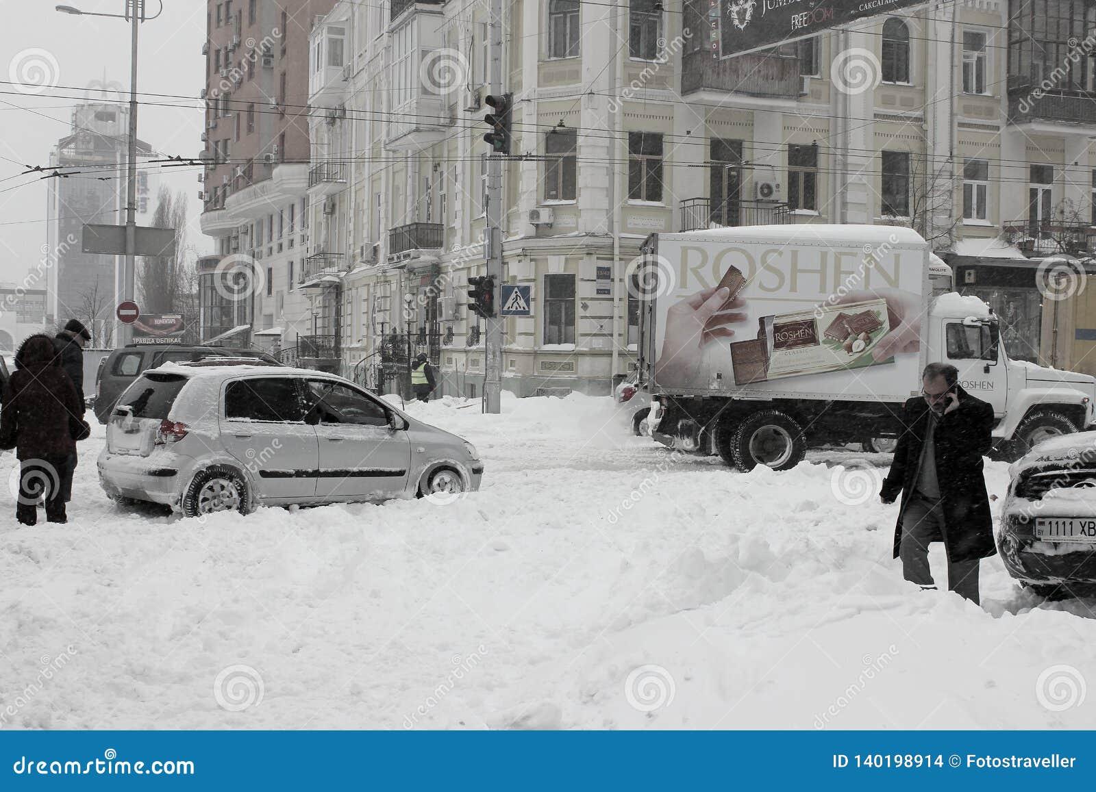 城市的中心,麻痹由降雪和司机,互相帮助