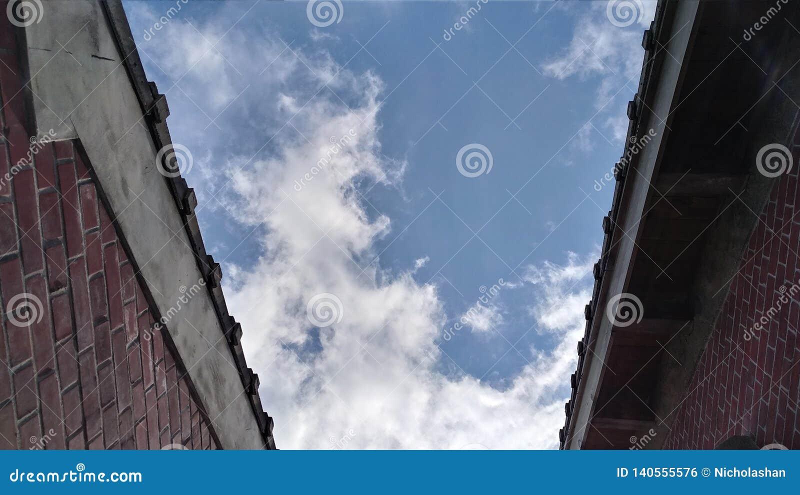 在两个老房子之间的天空蔚蓝,台湾