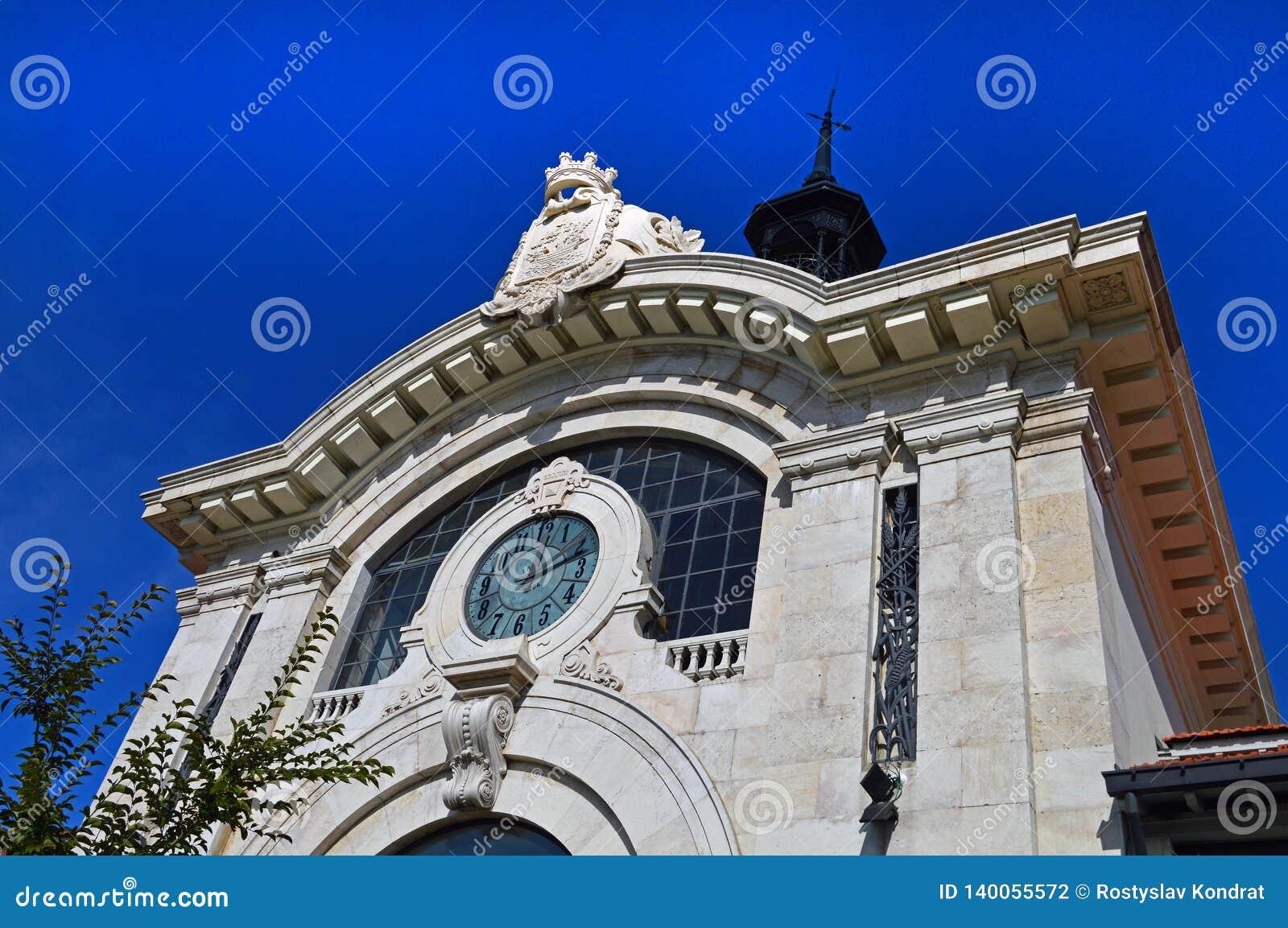 在主要市场梅卡度da Ribeira的门面的巨大的时钟