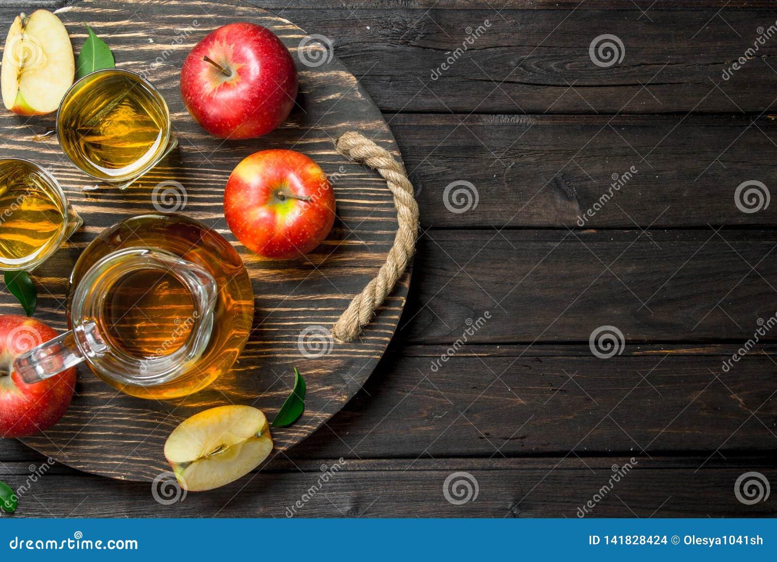 在一个玻璃蒸馏瓶的苹果汁在木选矿用新鲜的苹果