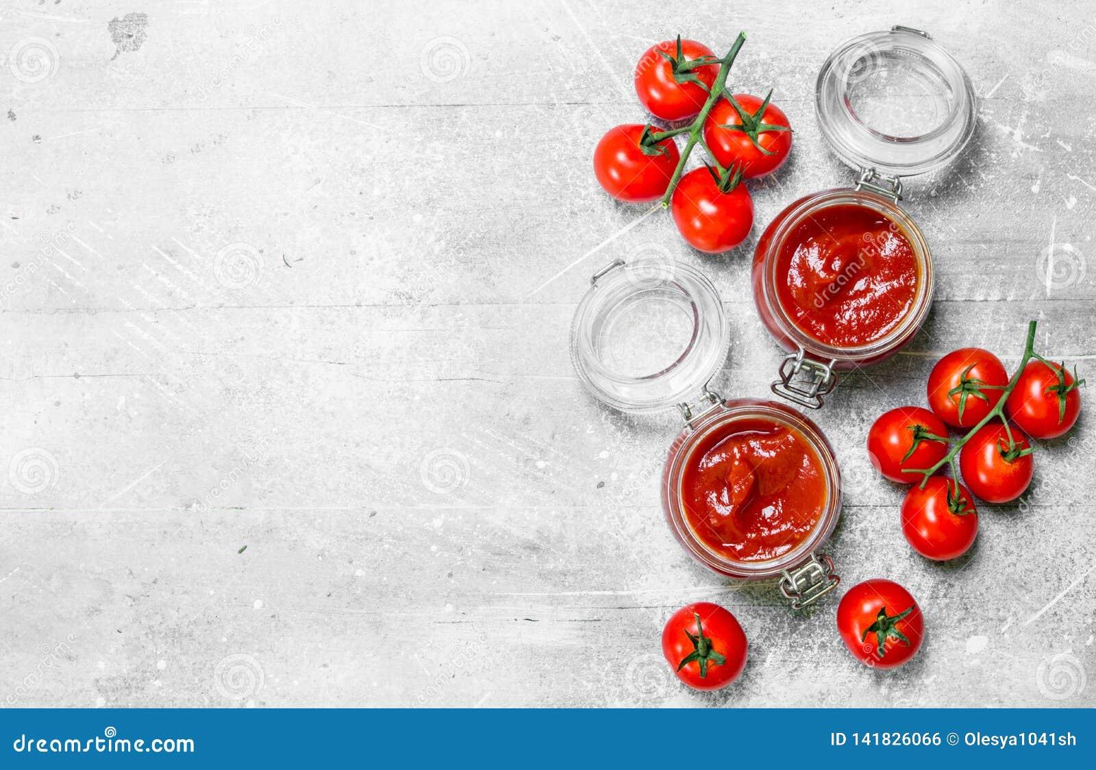 在一个瓶子的西红柿酱用在分支的西红柿