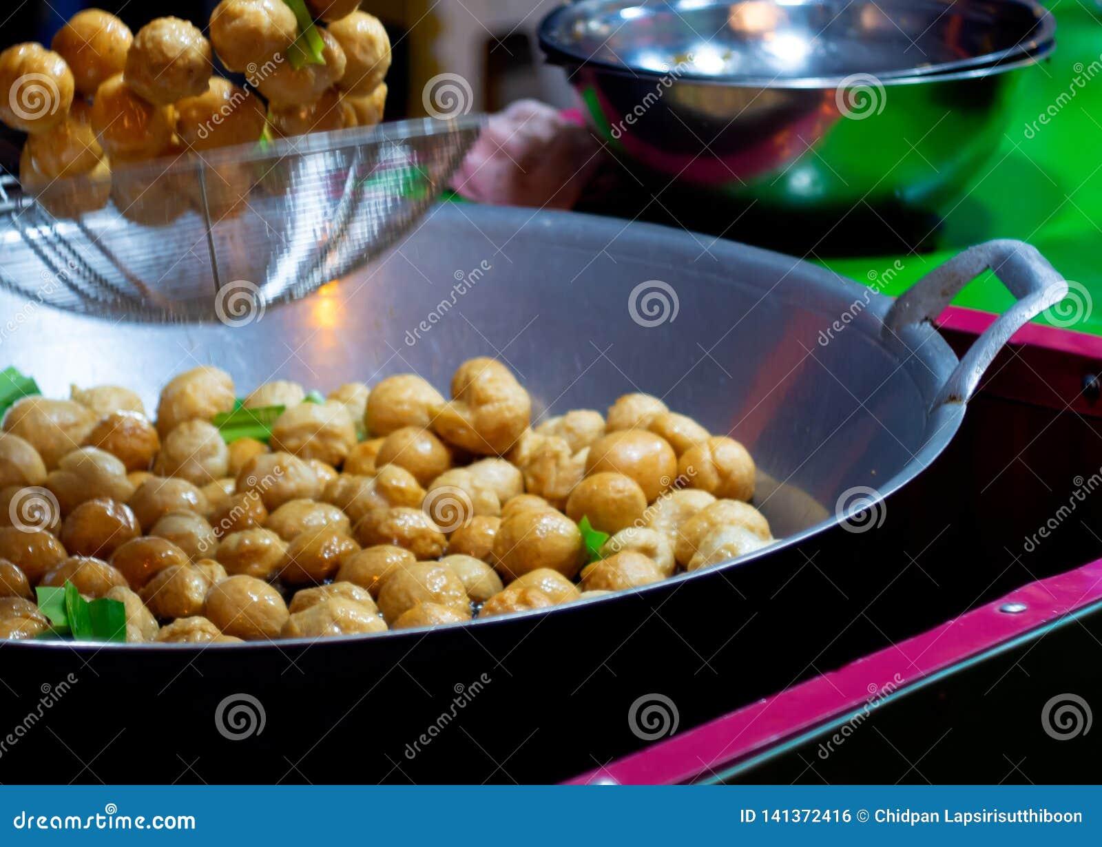 在一个煎锅的鱼丸有热油的 r