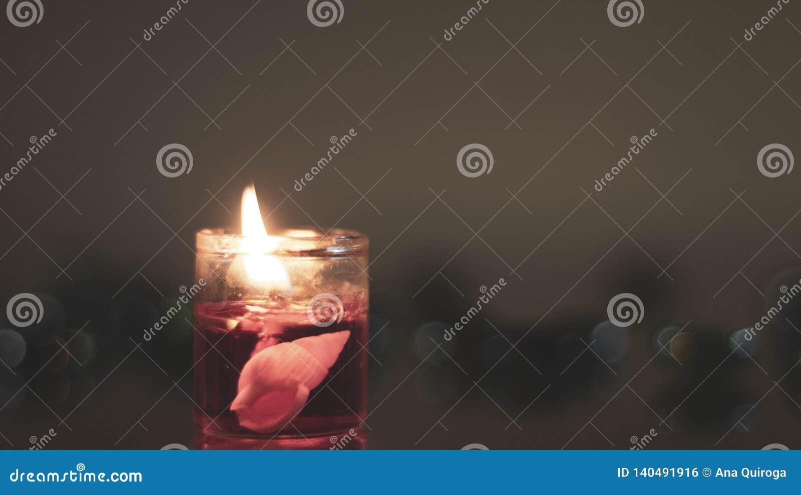 在一个蜡烛里面的海洋对象 温暖和纤巧在一个发光的装饰物