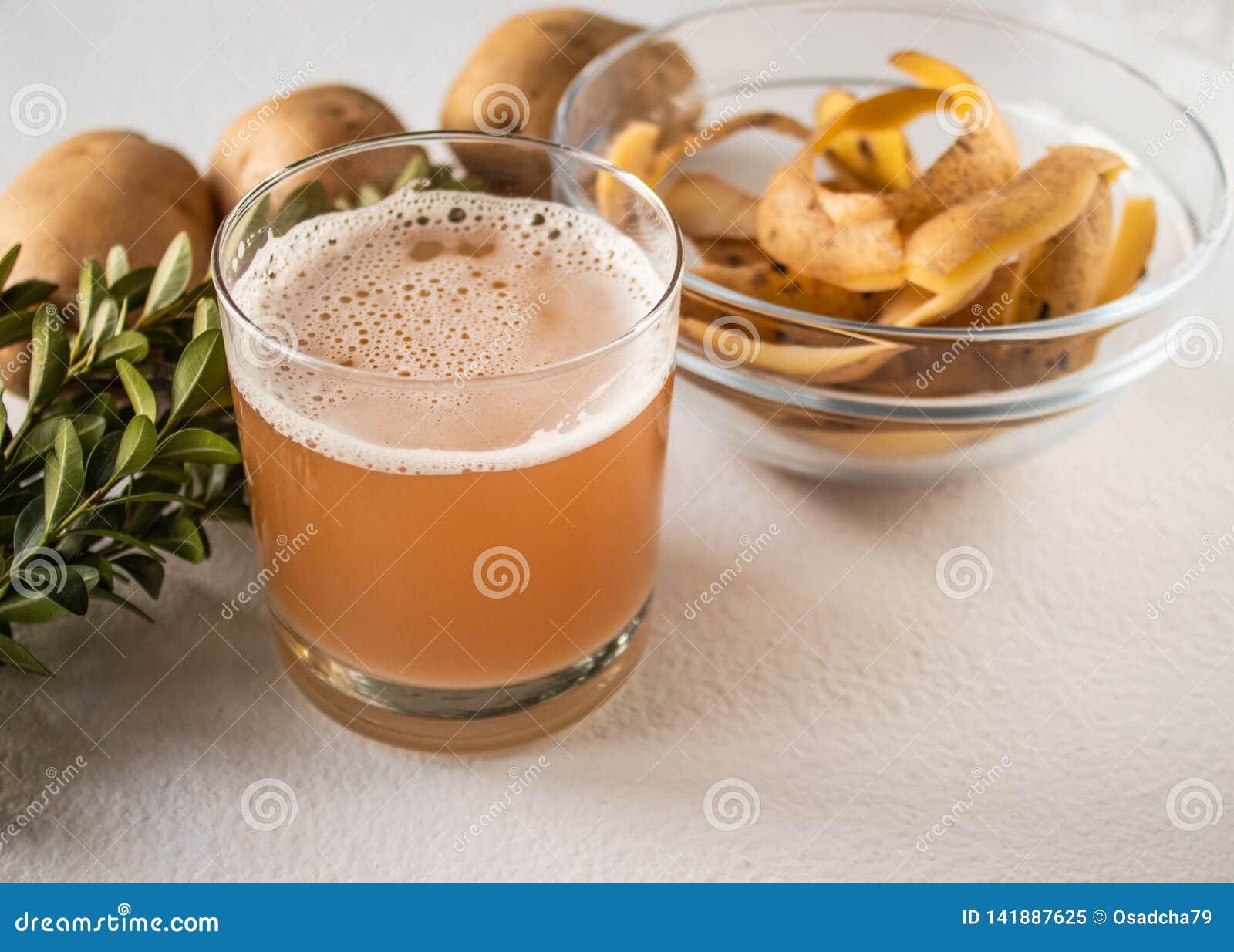在一块玻璃的土豆汁在整个土豆和skarlupa附近