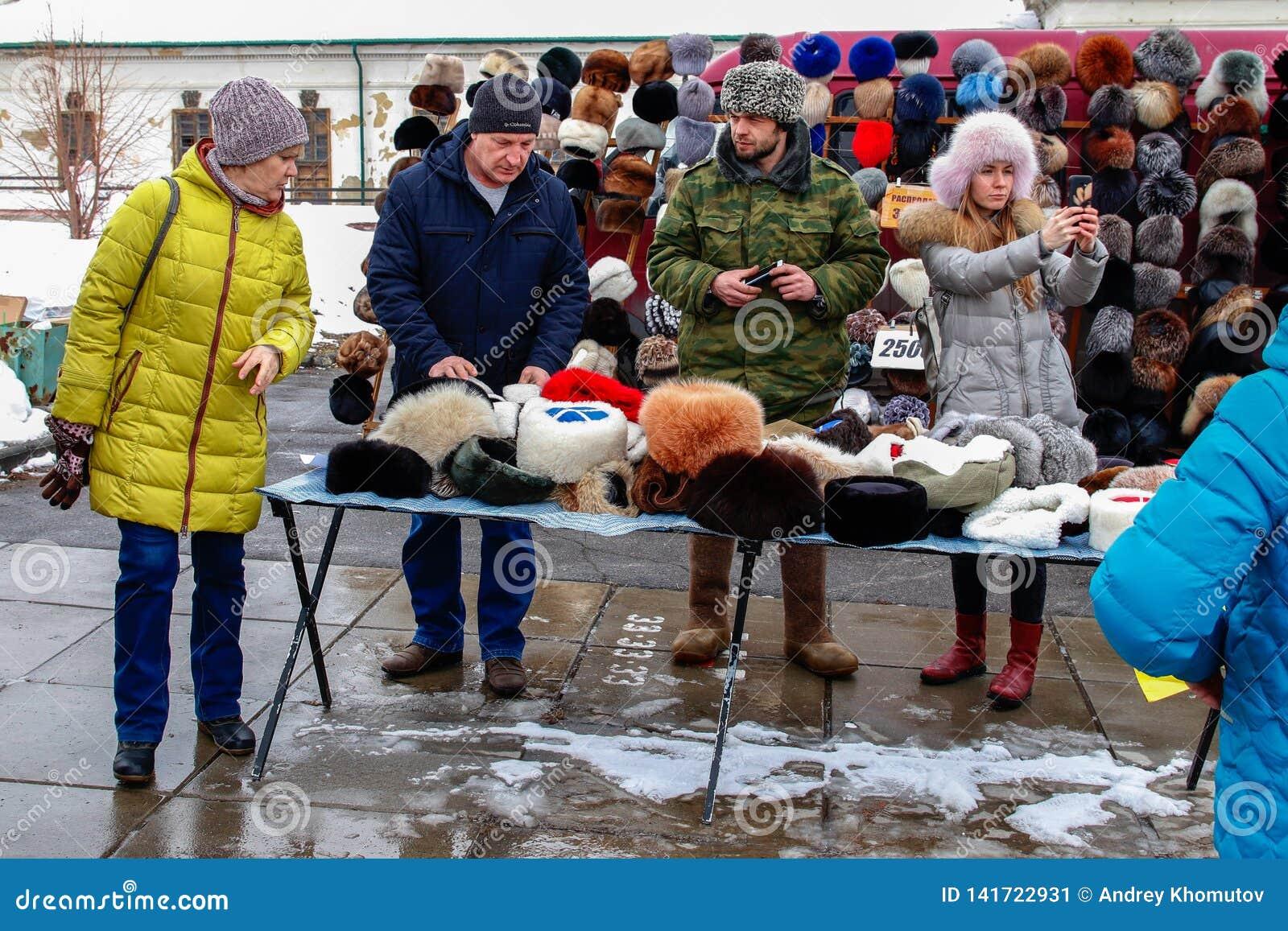 在一国庆节期间,制服的一个人卖冬天帽子