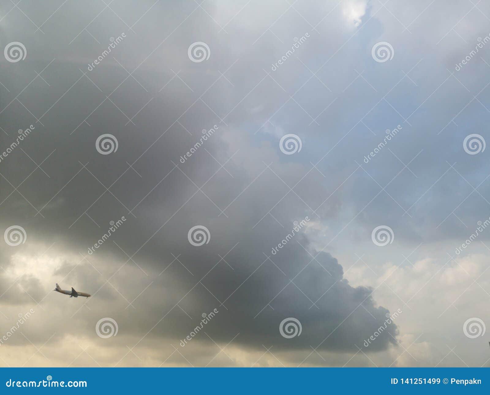 在天空的飞机是多云阴云密布的黑色
