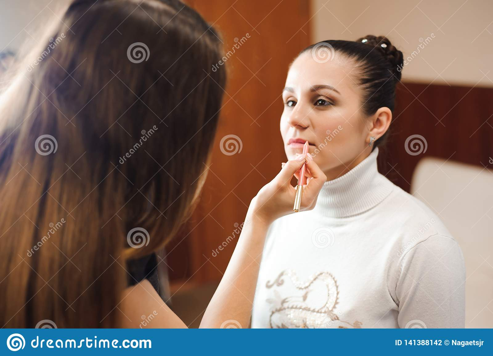 在她的朋友的化妆师工作 实际的人们