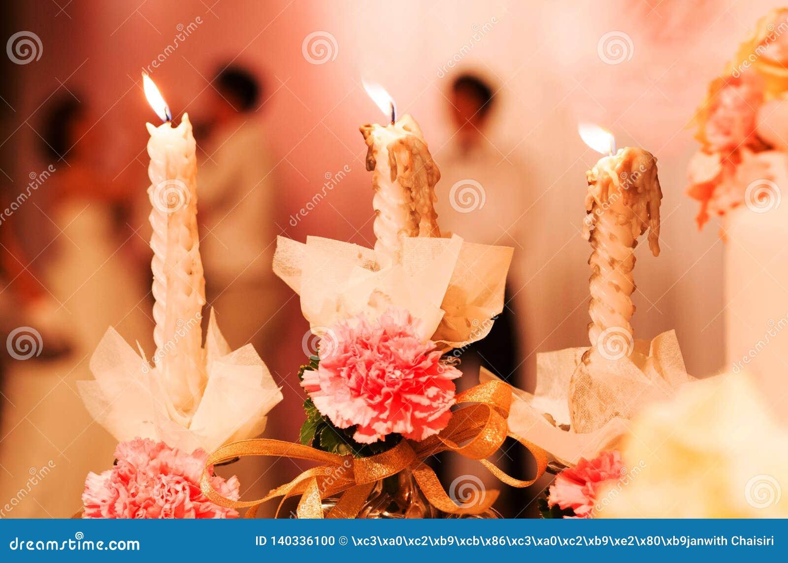 在婚姻的桌上的装饰与蜡烛,罗斯花瓶,书,在基督徒婚姻的笔 仪式基督教会婚礼
