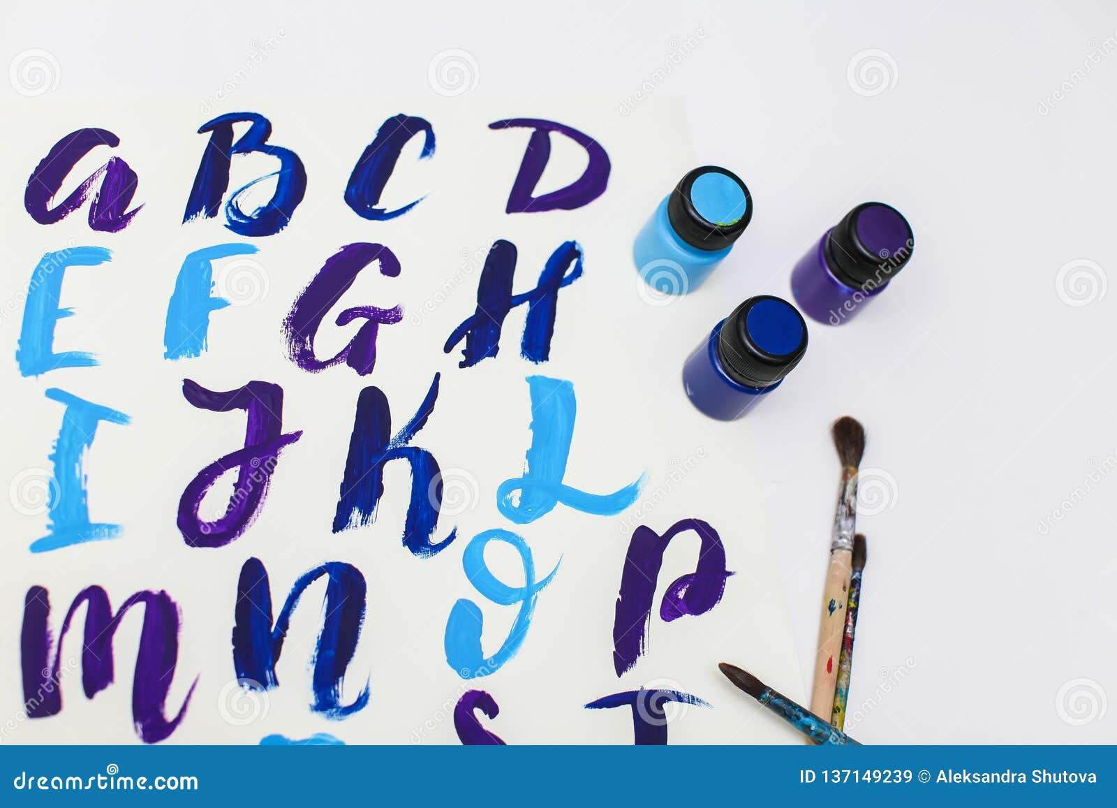 在字母表上写字的书法得出与干燥刷子 英国ABC信写与画笔