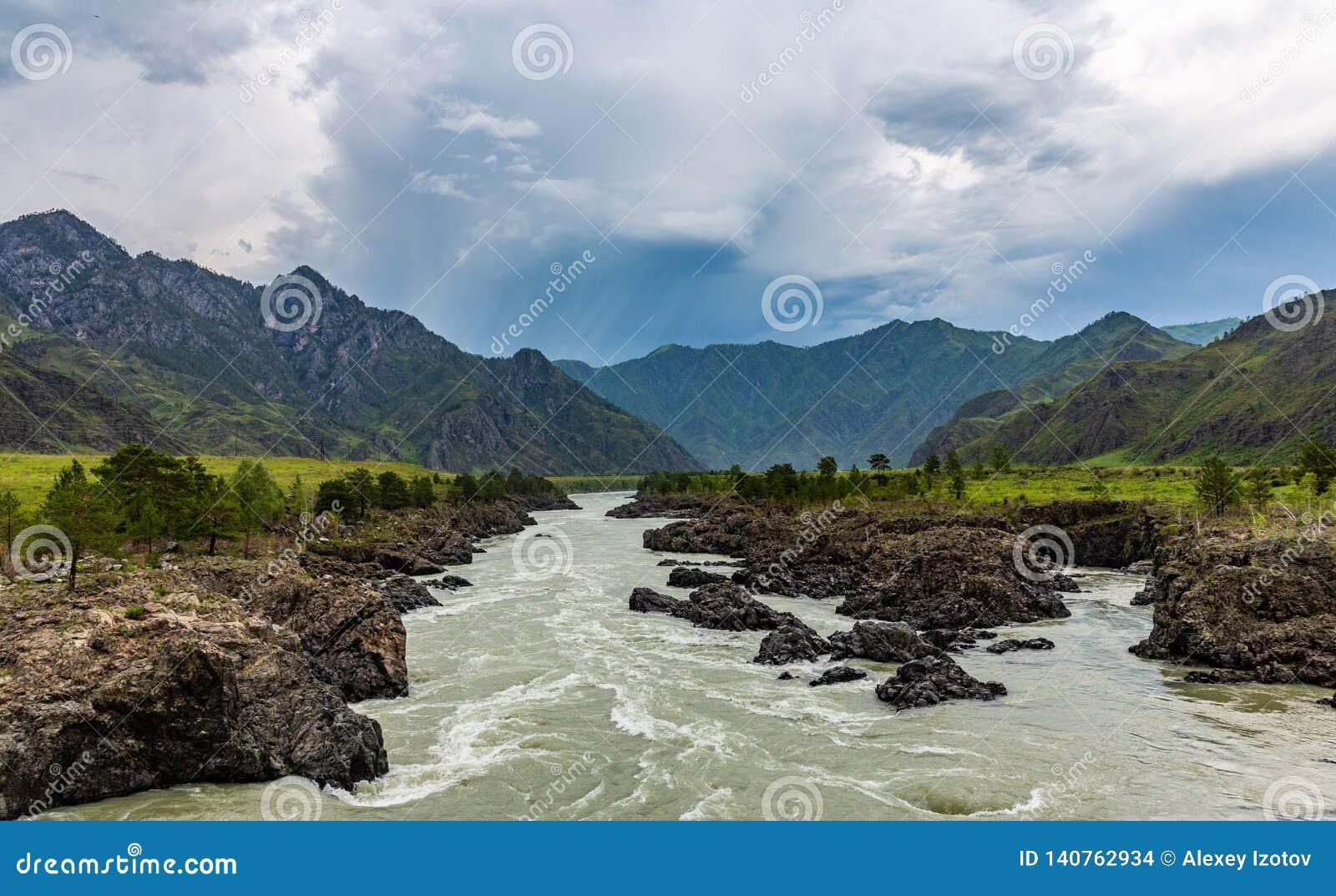 在山的剧烈的雷暴云彩在卡通河的上部伸手可及的距离在阿尔泰