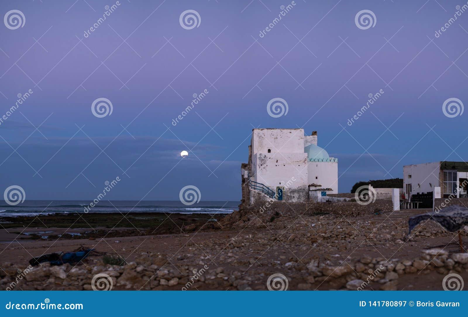 在德西迪Kaouki,摩洛哥,非洲海岸的老大厦  平衡许多的详细资料月亮照片显示天空 风险轻率冒险日落时间 摩洛哥的wonderfull海浪