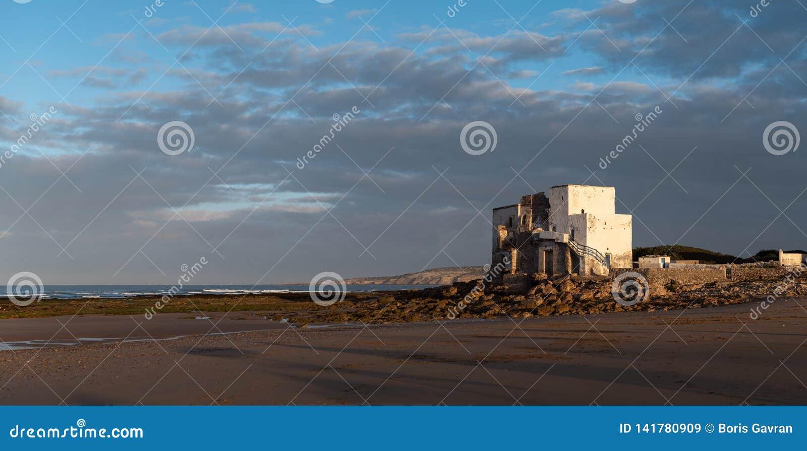 在德西迪Kaouki,摩洛哥,非洲海岸的老大厦  风险轻率冒险日落时间 美妙摩洛哥的海浪镇