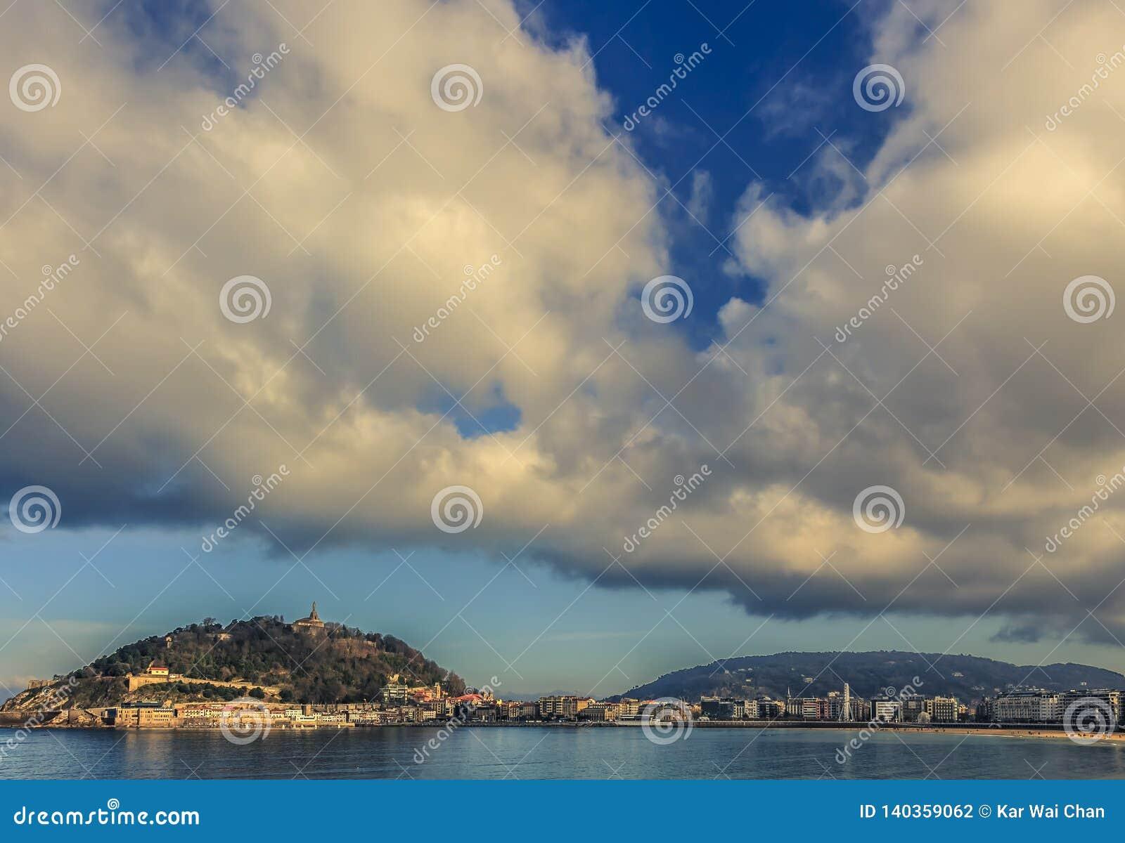 在圣・萨巴斯蒂安上的剧烈的云彩在下午末期