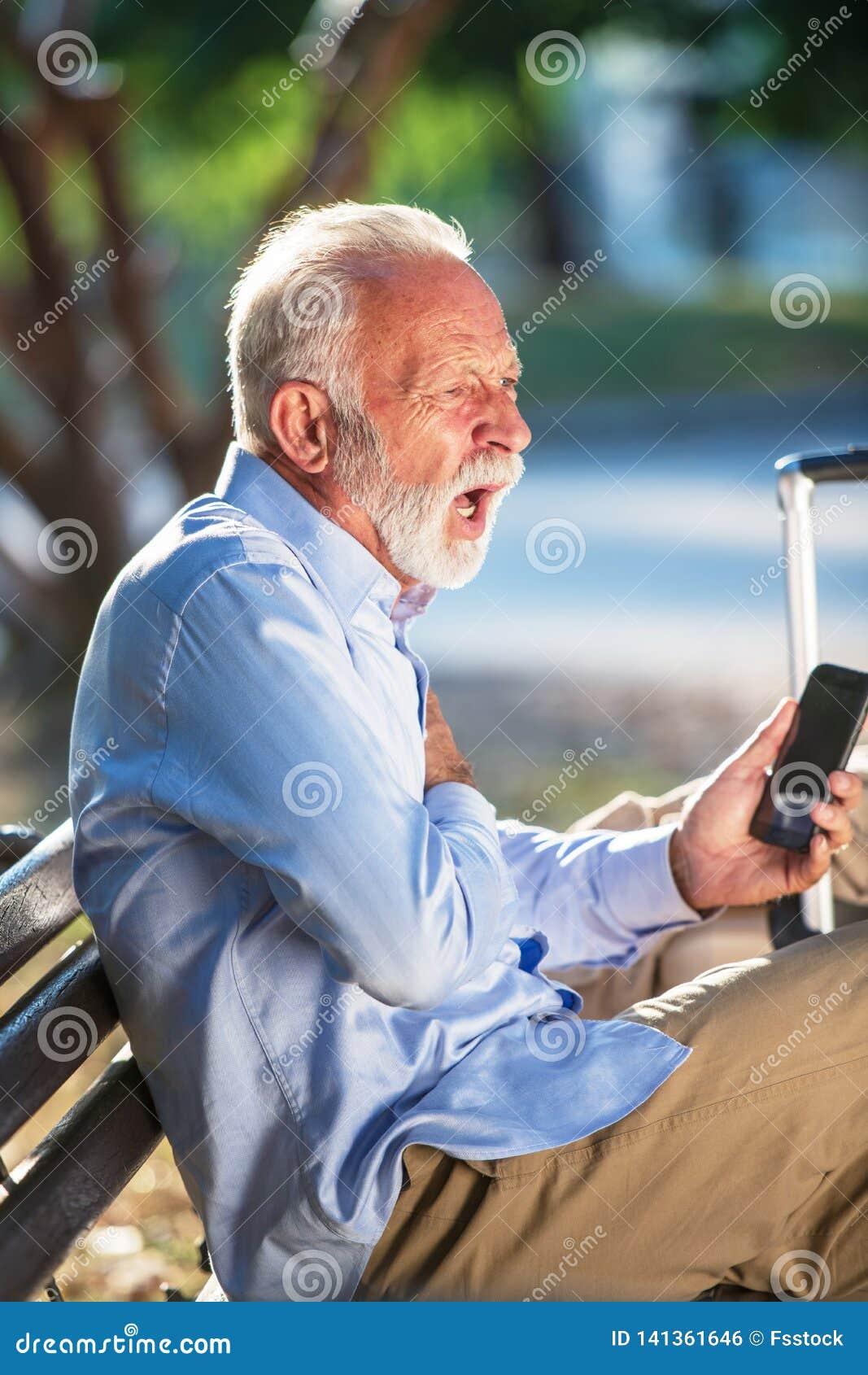 在公园严重心伤的健康年长概念老人心搏停止心脏攻击