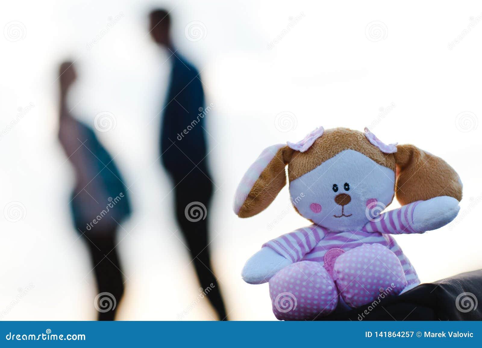 在前景的有人的玩具熊和孕妇在背景中