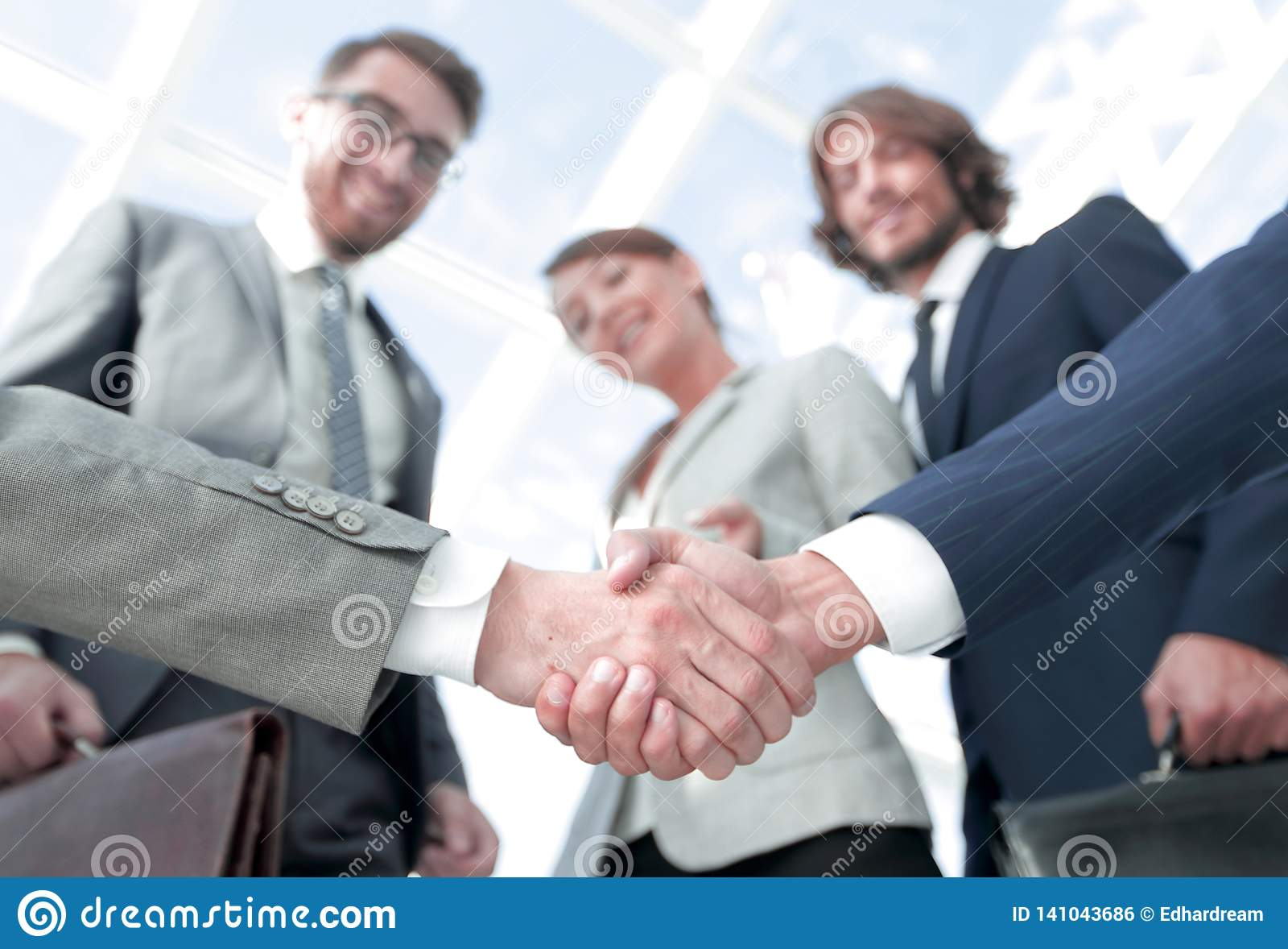 在前景 背景查出的企业信号交换成为白色的伙伴