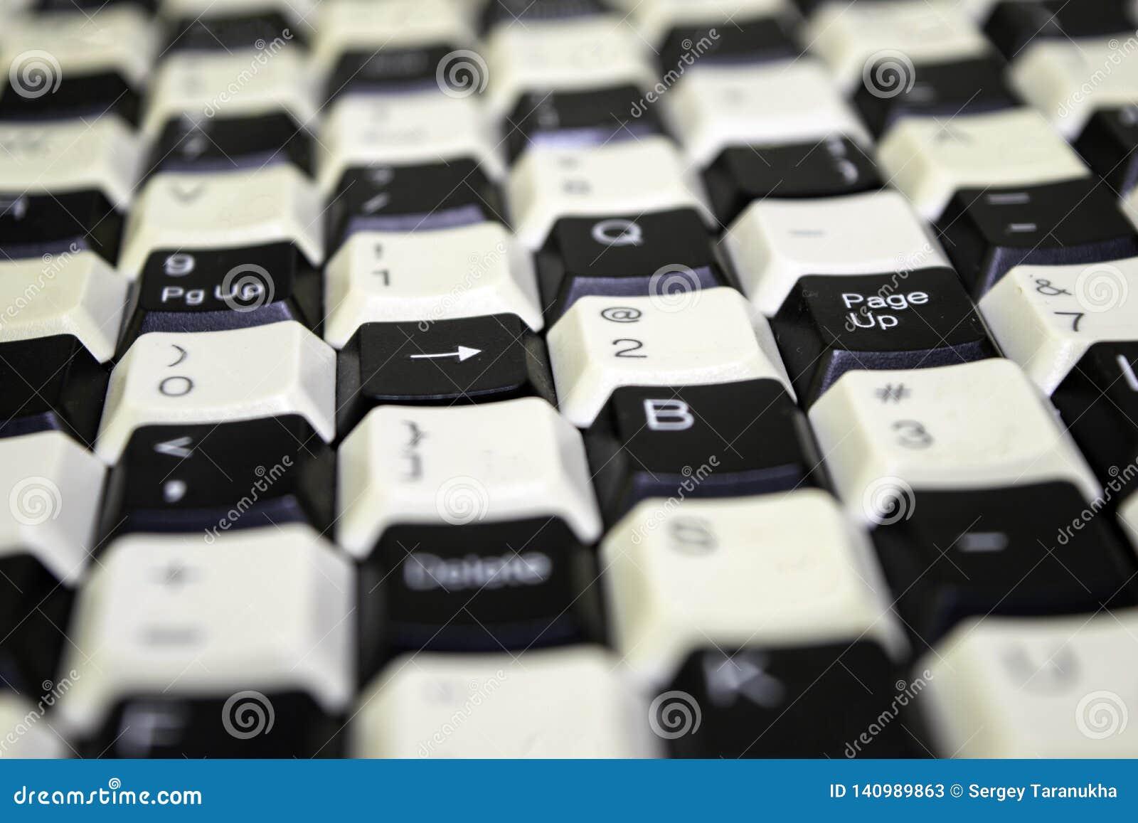 在桌上从老键盘的钥匙计划的设置