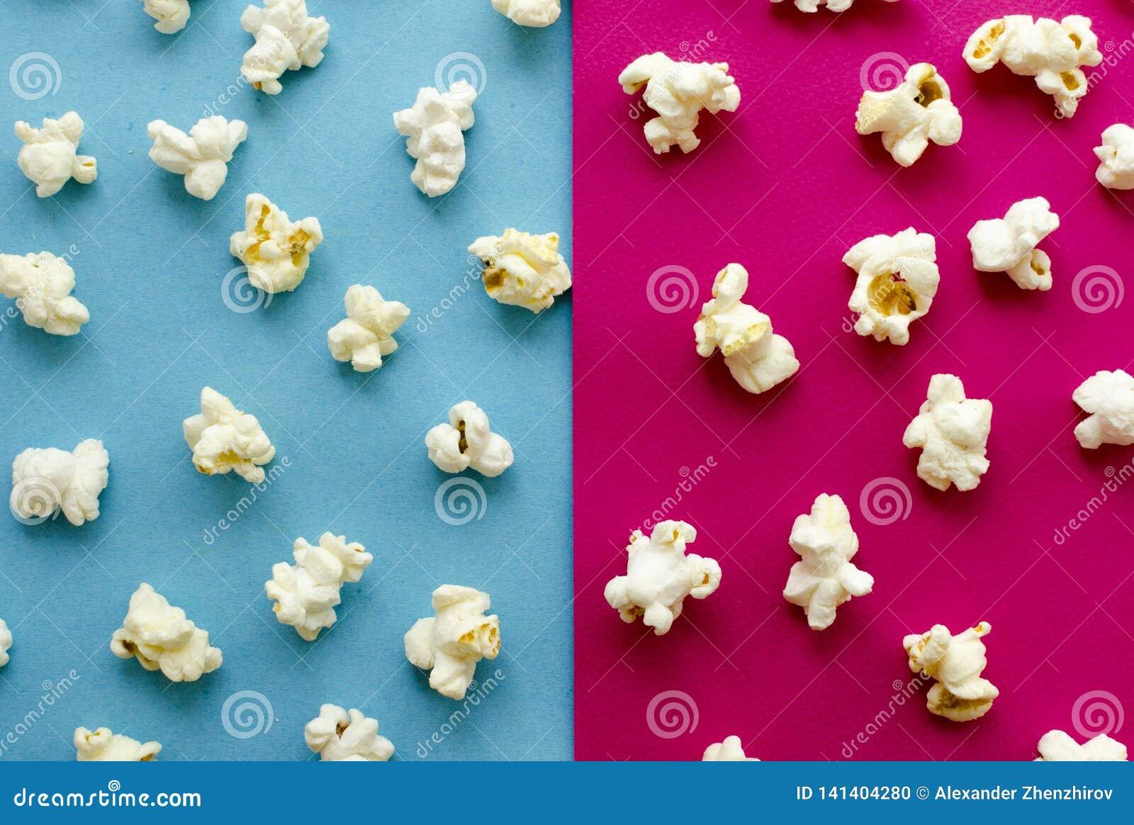 在桃红色和蓝色背景的玉米花