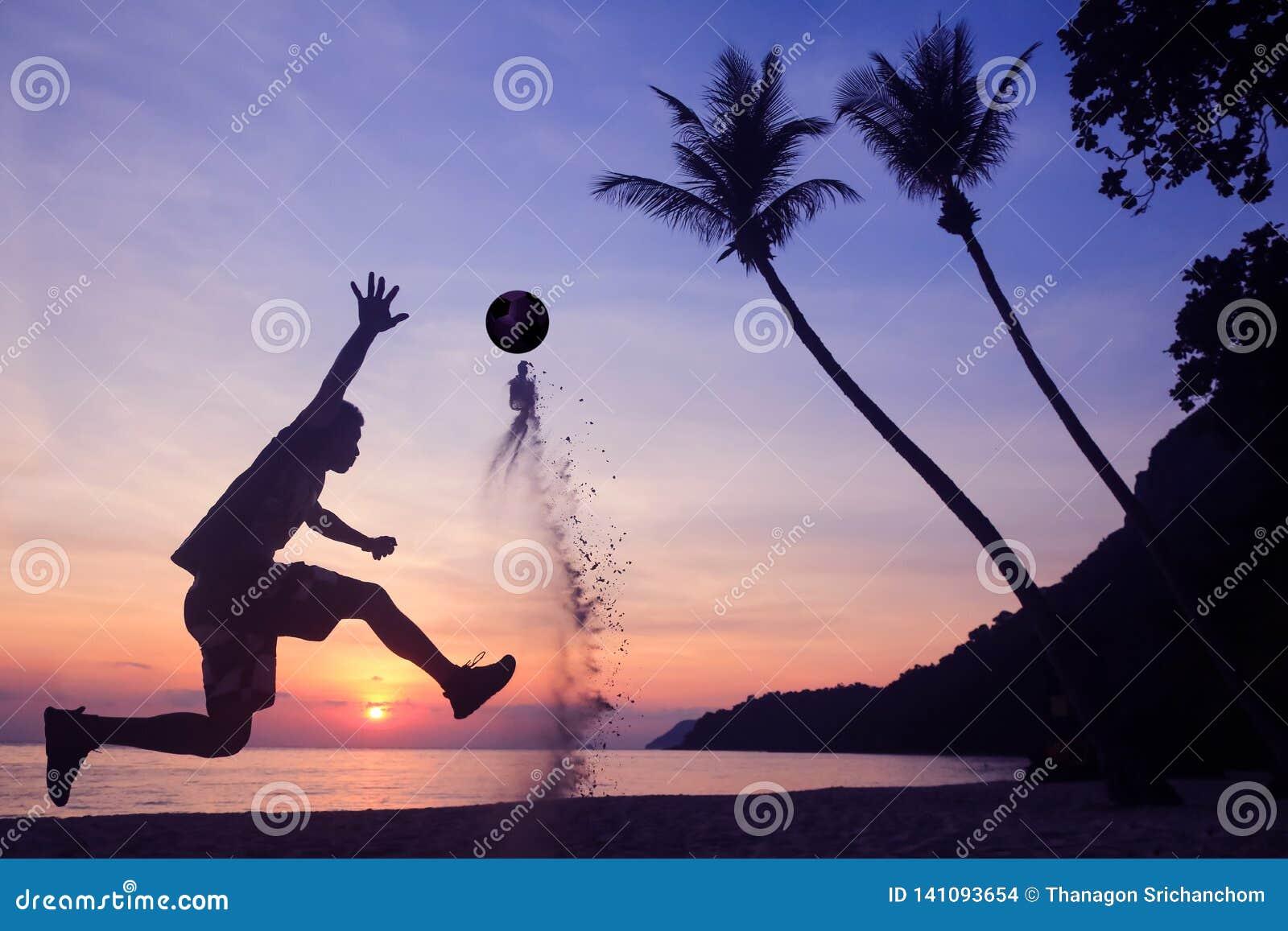 在海滩的亚洲人戏剧足球日出清早