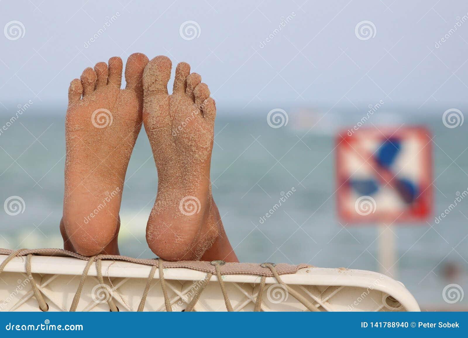 在海滩的松弛脚
