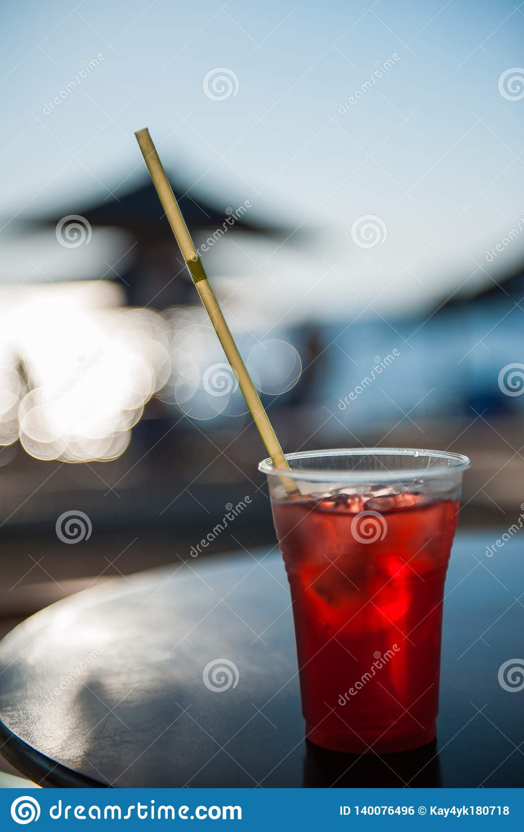 在海滩的鸡尾酒与在酷暑的冰