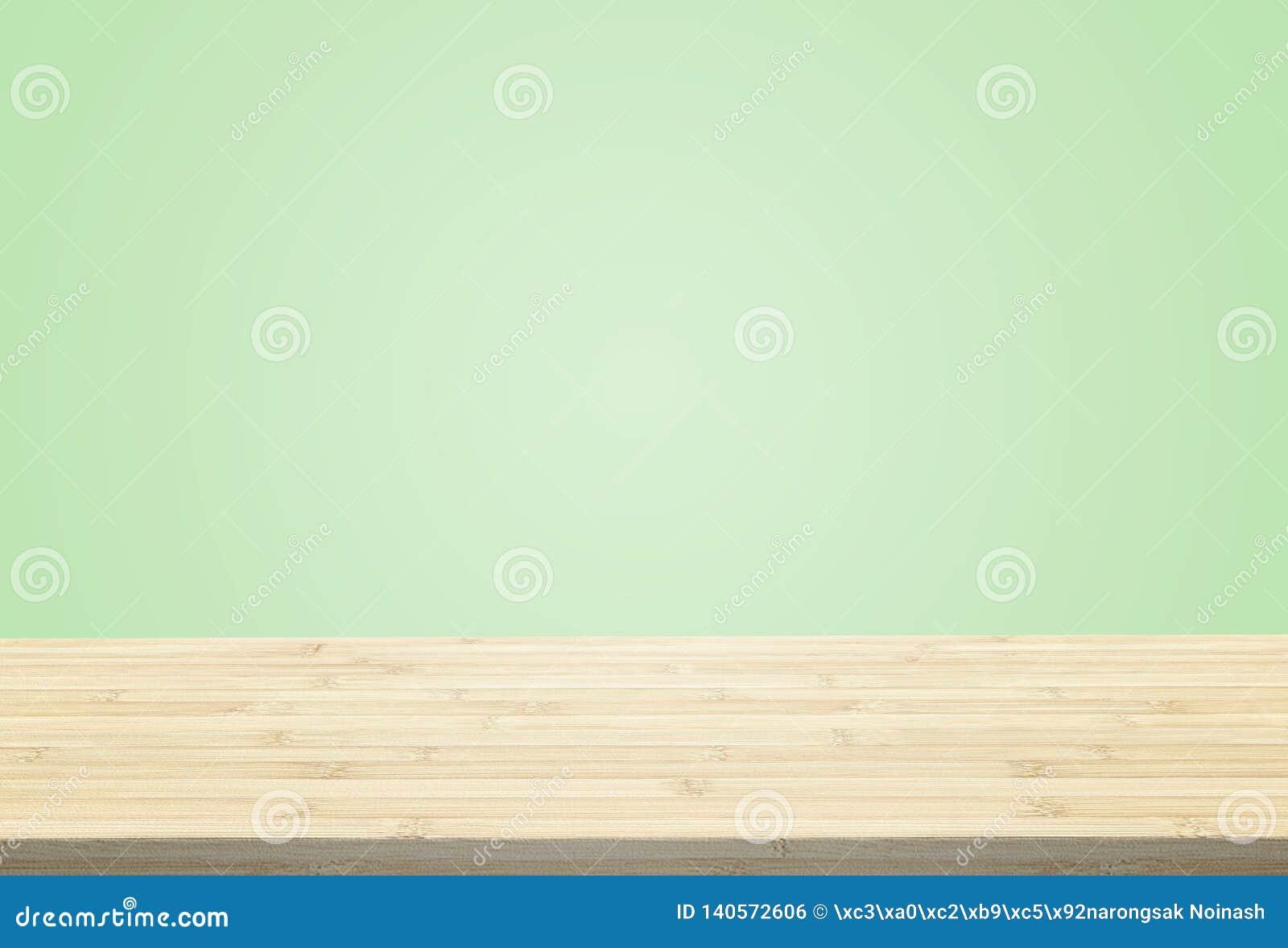 在淡色绿色背景的层压制品的台式