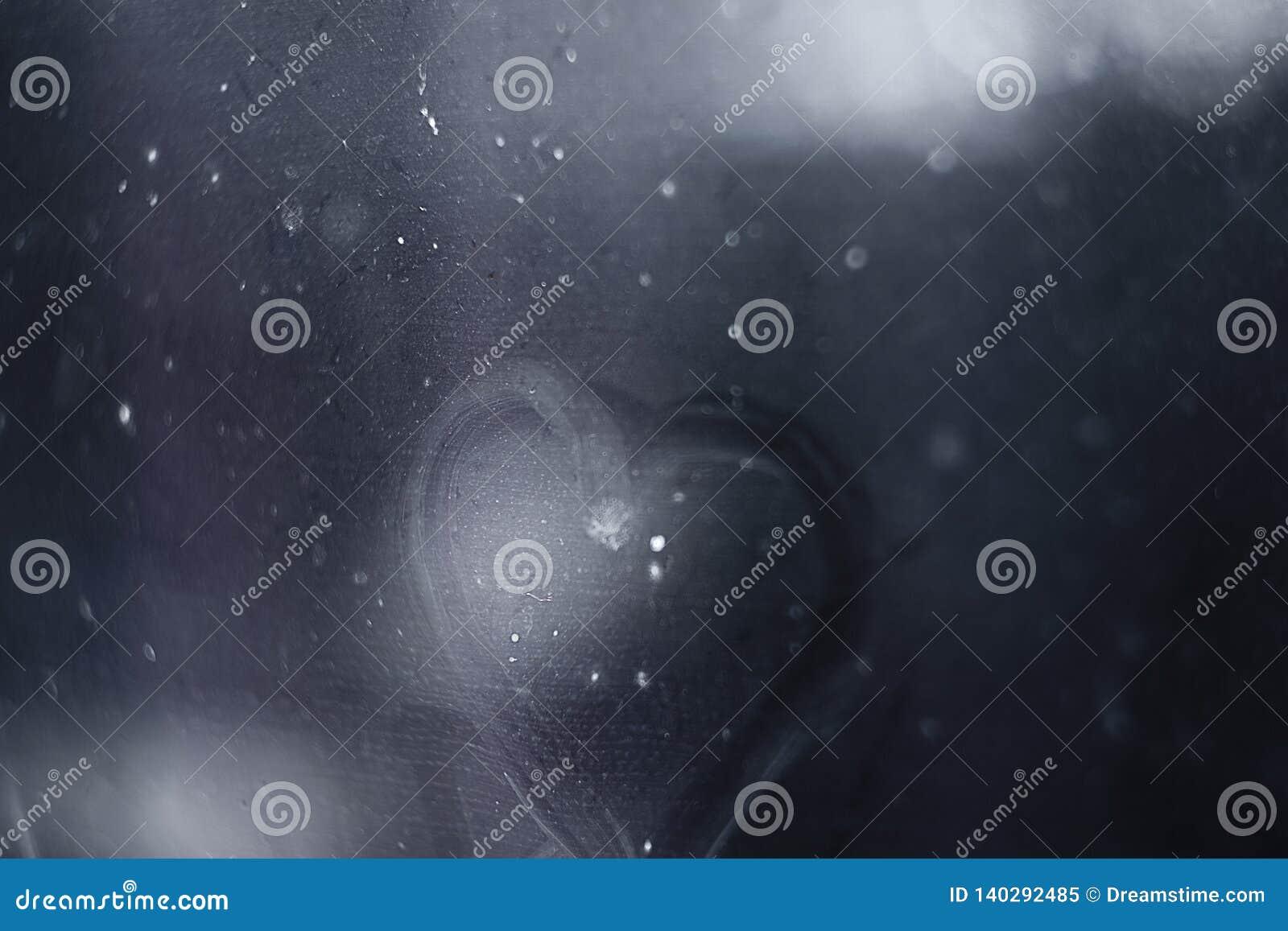在湿窗口的被绘的心脏