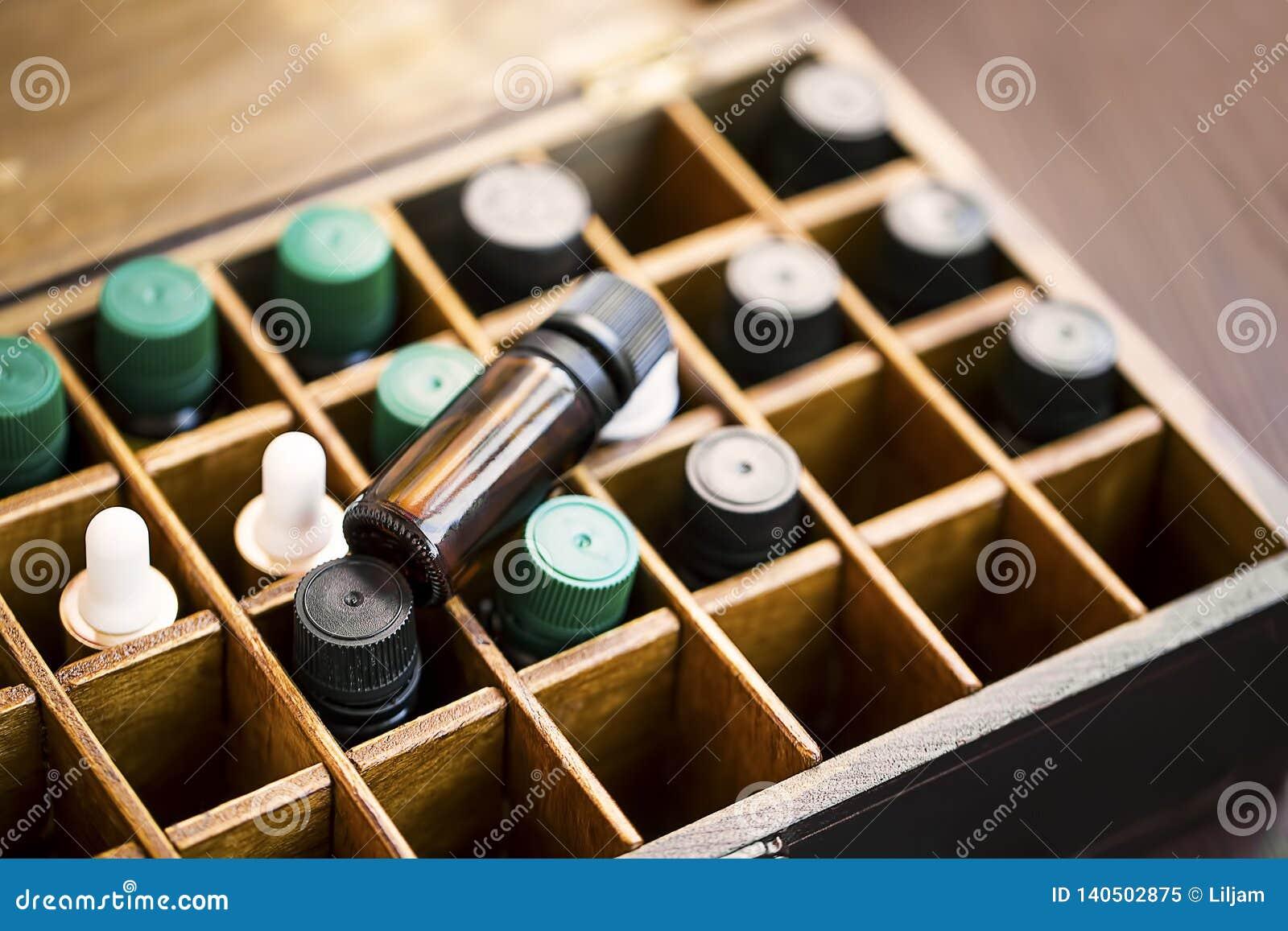 在木箱的芳香疗法精油 与精油瓶的草本替代医学在木箱,健康有机
