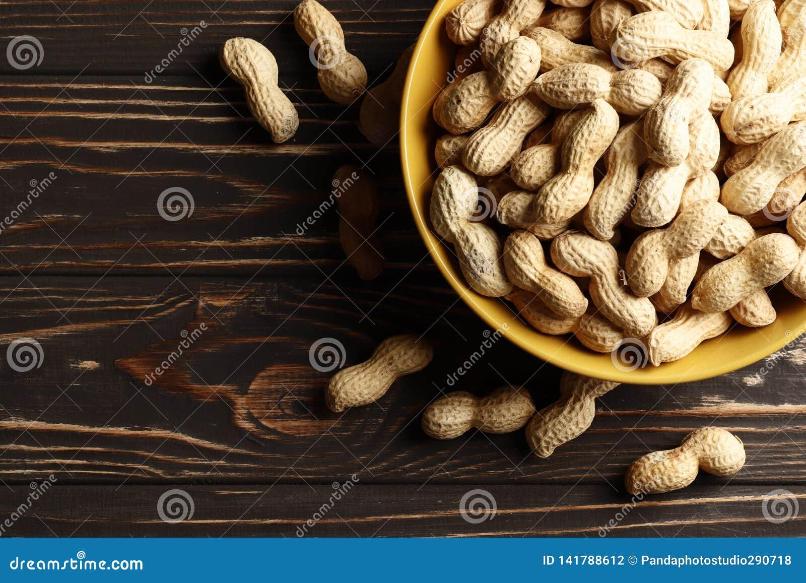 在木背景的Ð eanuts