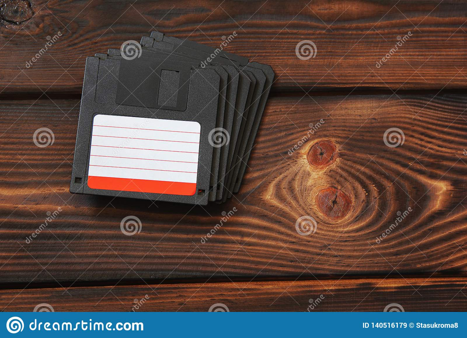 在木背景的磁盘 老技术