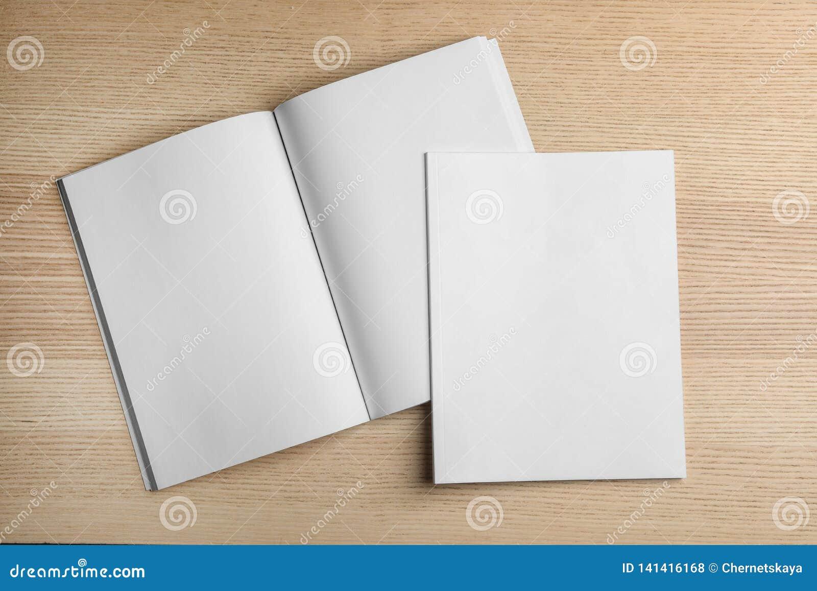 在木背景,顶视图的开放和闭合的空白的小册子