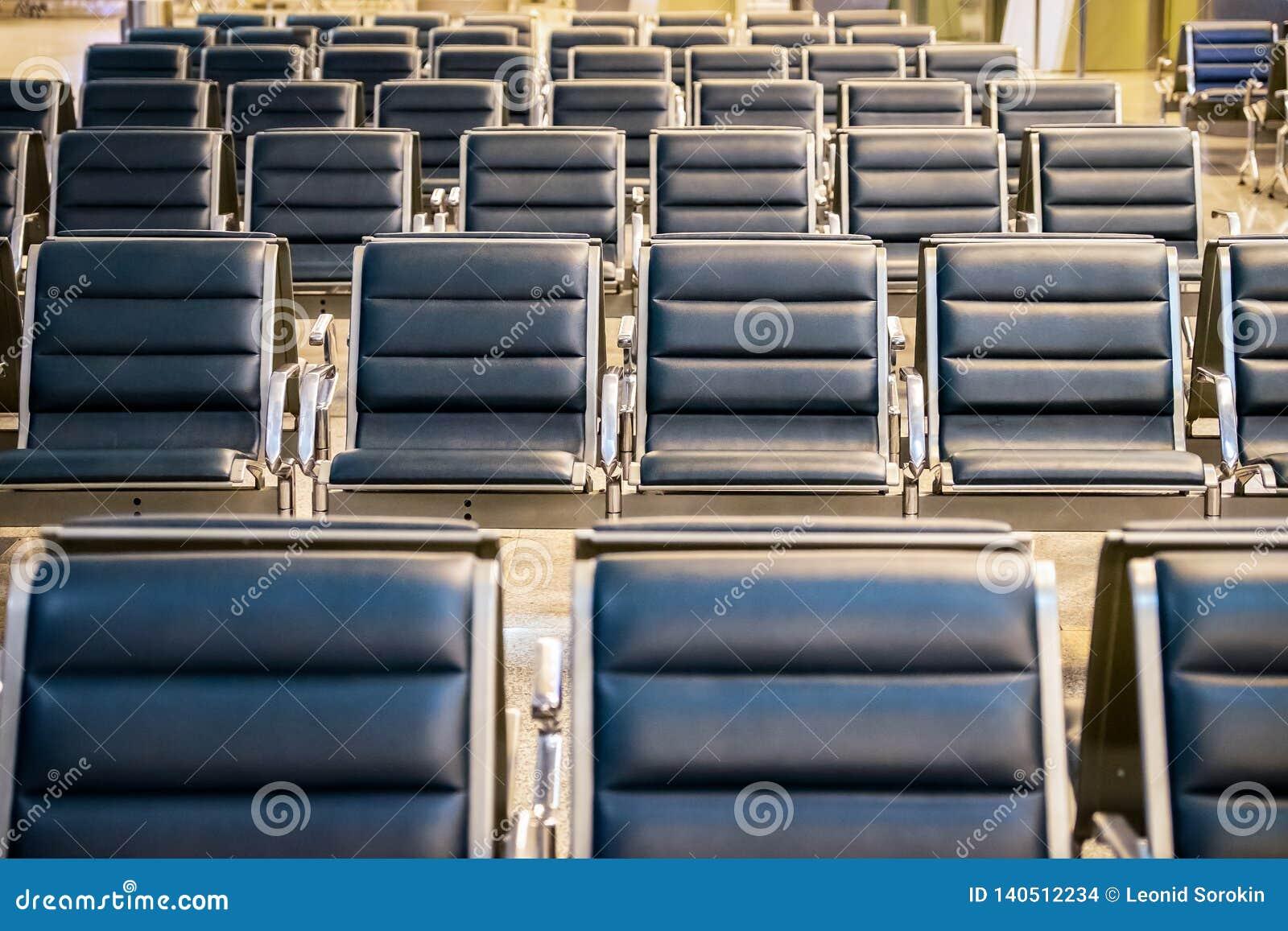 在机场门的等候室,空的椅子行在机场