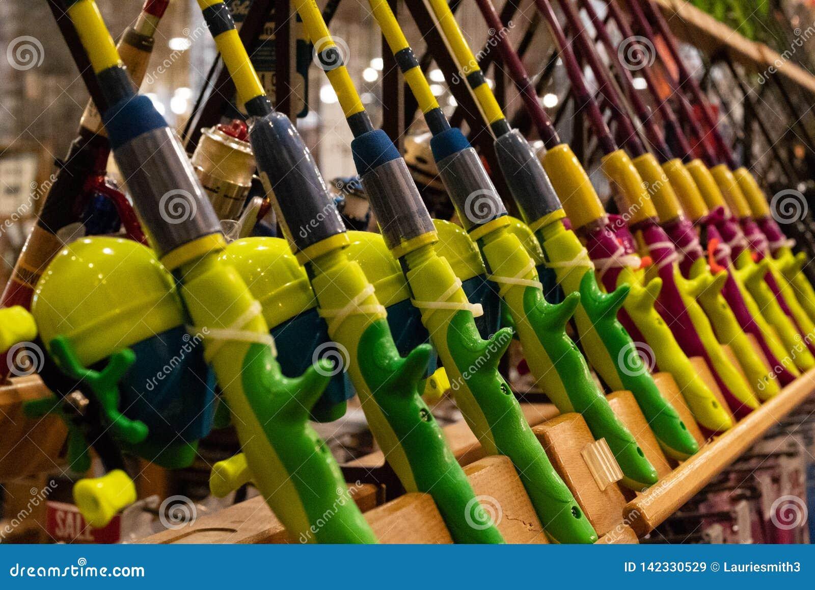 在显示的明亮地色的钓鱼竿在举世闻名的体育用品商店
