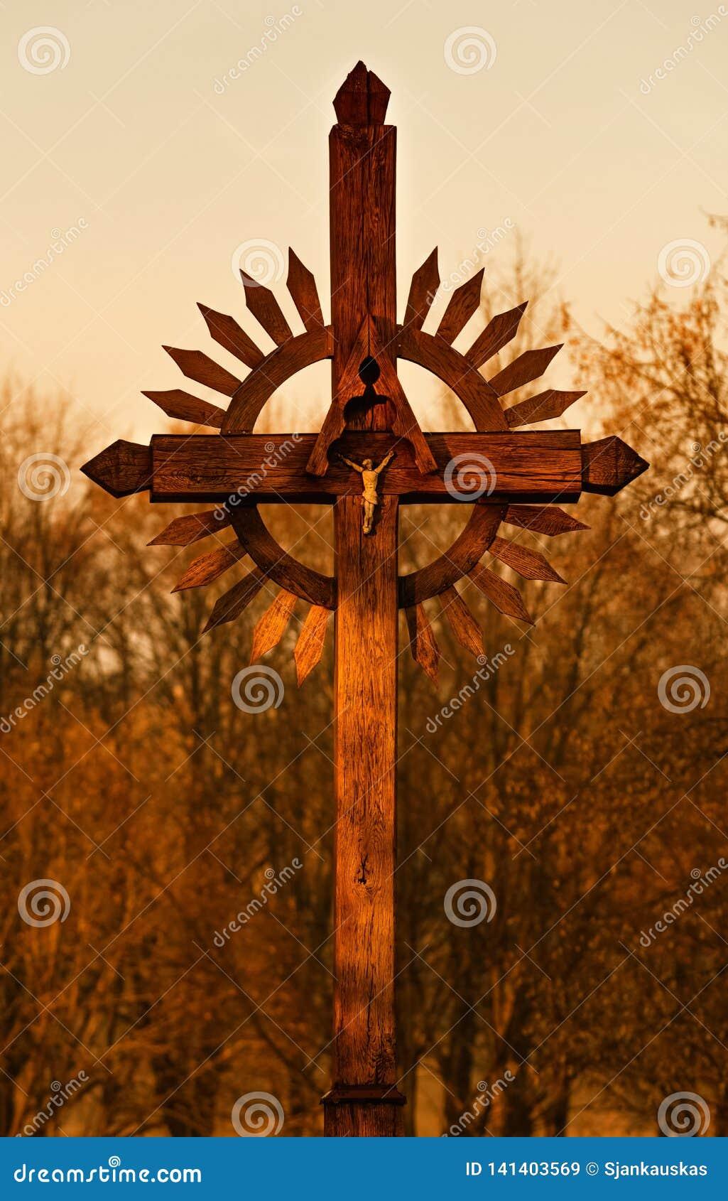 在日落,圣地在立陶宛,自然背景,温暖的色彩的木十字架