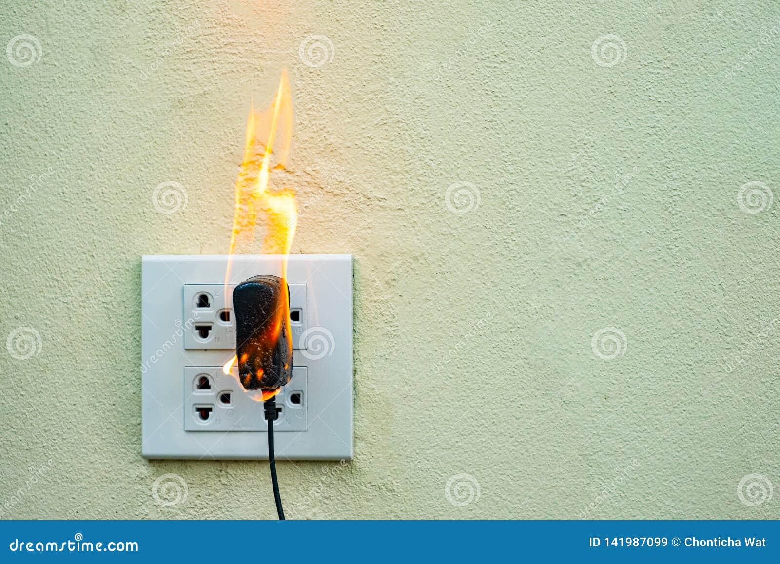 在火电线插座容器和适配器上在白色背景