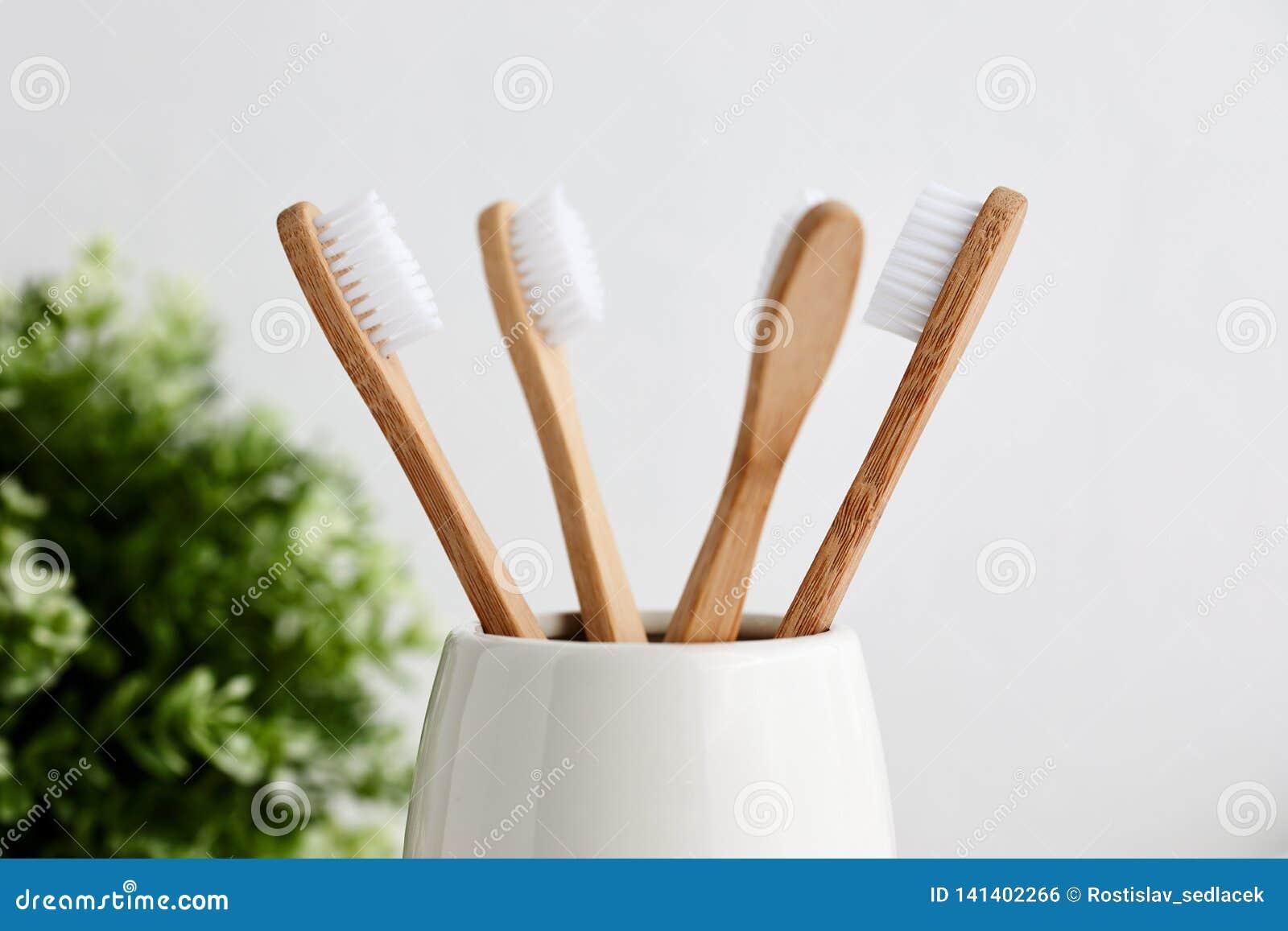 在灰色玻璃的四把竹牙刷
