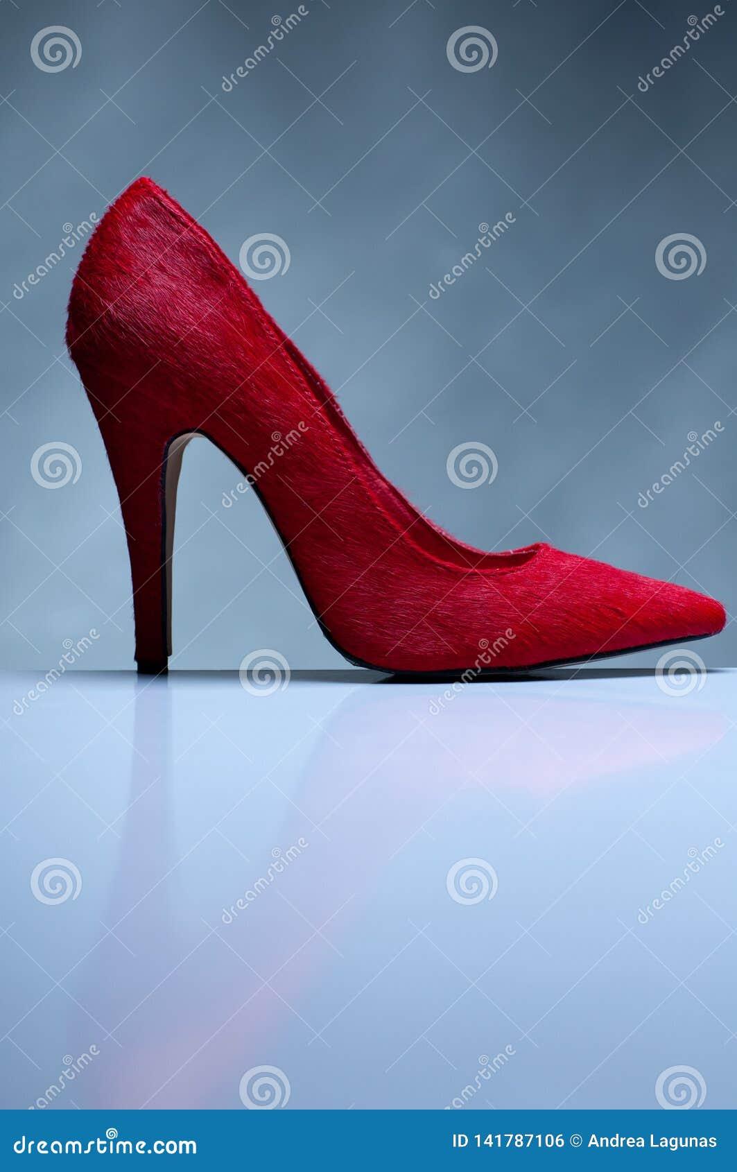 在灰色背景的红色高跟鞋